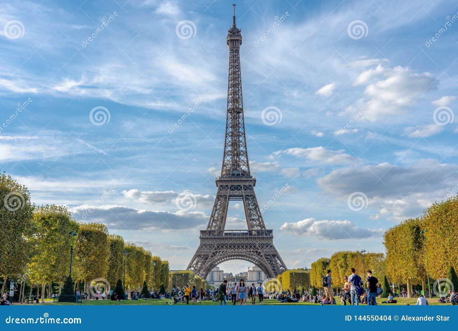 Céu nebuloso de Paris france da torre Eiffel