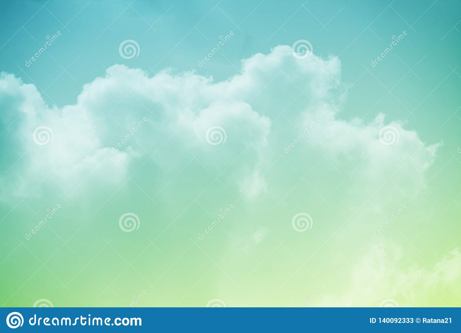 Céu nebuloso fantástico com cor pastel do inclinação, fundo da natureza