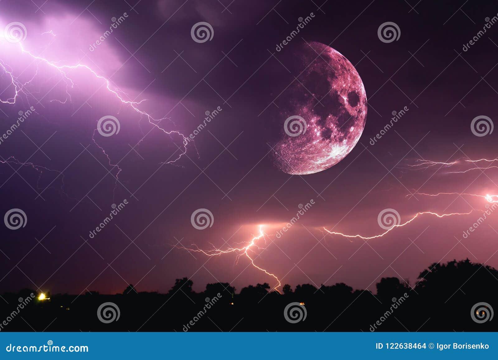 Céu noturno de Dia das Bruxas com nuvens e flashes de relâmpago e de um close up vermelho ensanguentado emergente da Lua cheia na