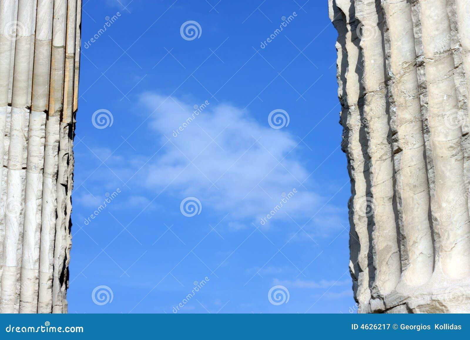 Céu nublado azul entre duas colunas do grego clássico