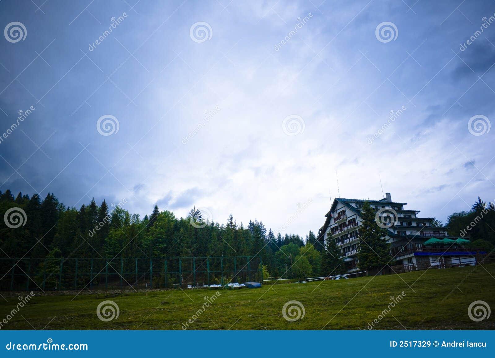 Céu nublado sobre o alojamento da montanha