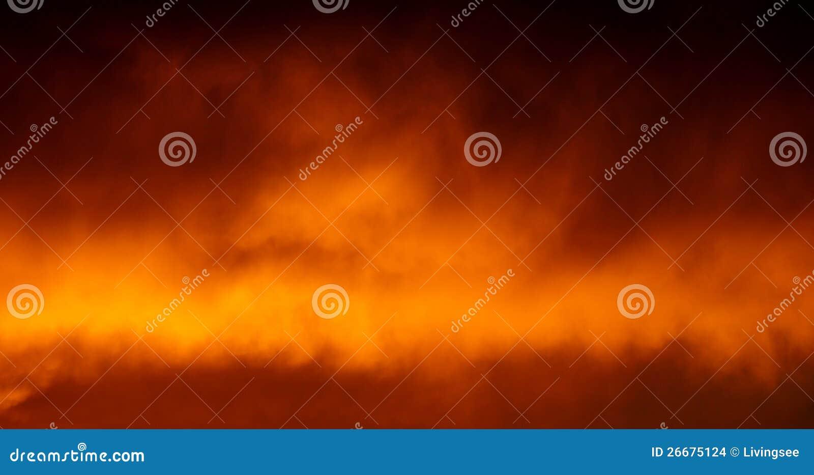 Céu, nuvens, incêndio e fumo