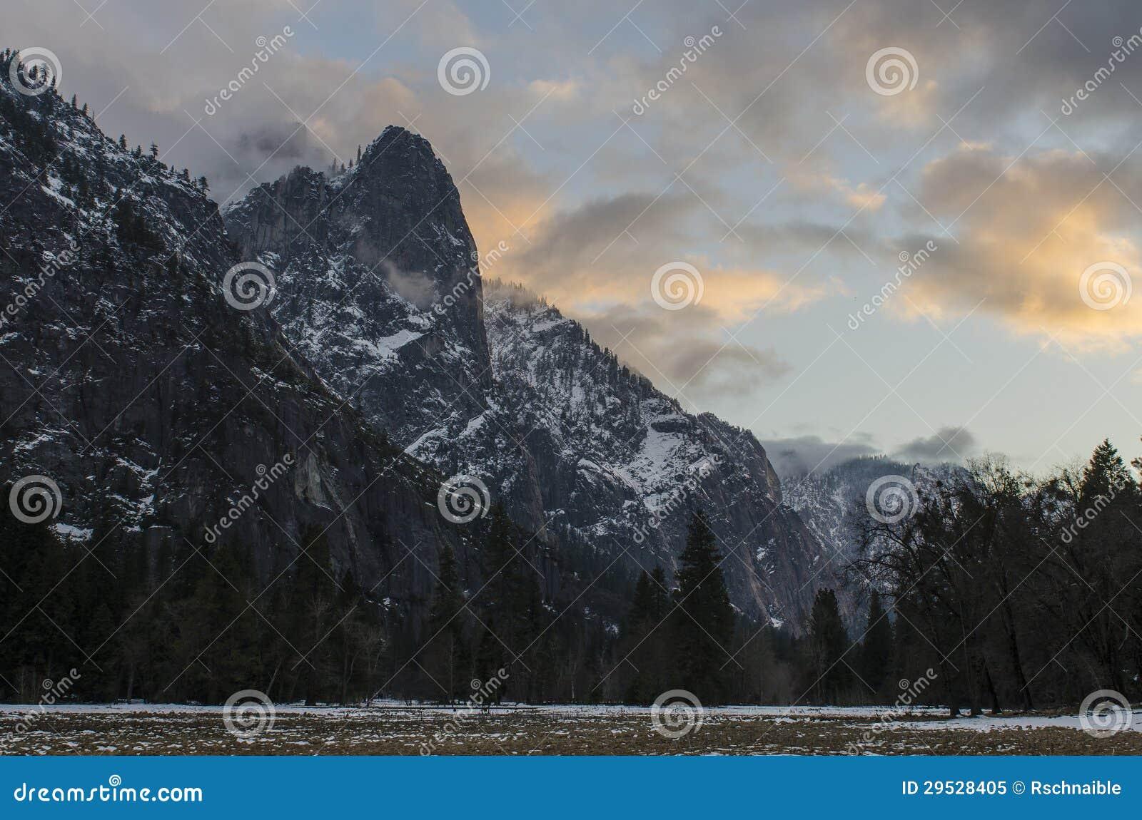 Céu Yosemite do inverno do ponto de Moran