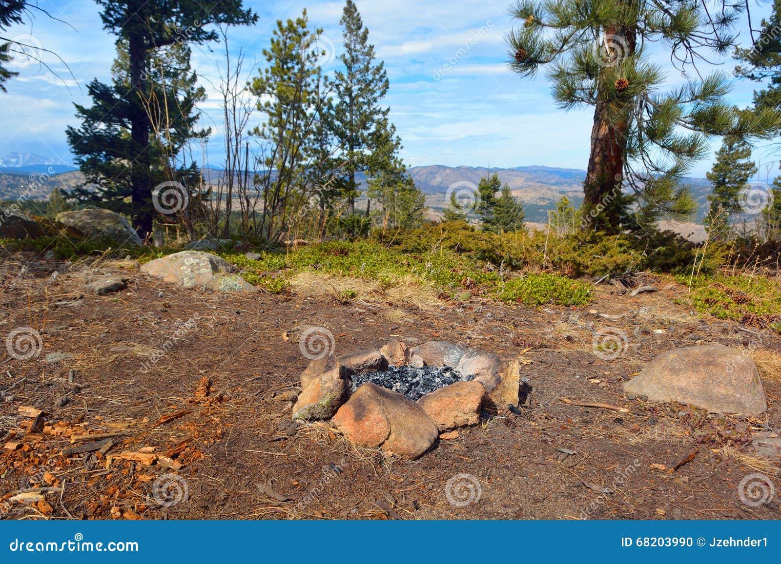 Círculo de la roca del fuego del campo en las montañas