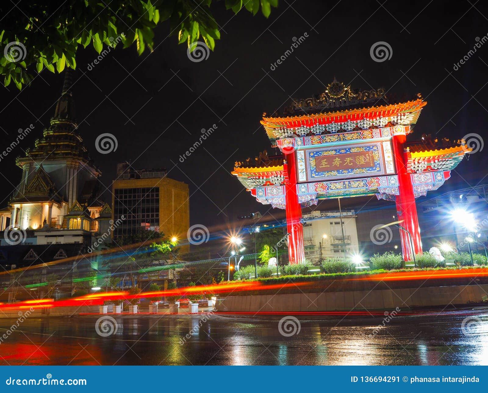 Círculo rápido de Odeon del paso del coche cerca de la ciudad de China en Tailandia Coche ligero de mudanza