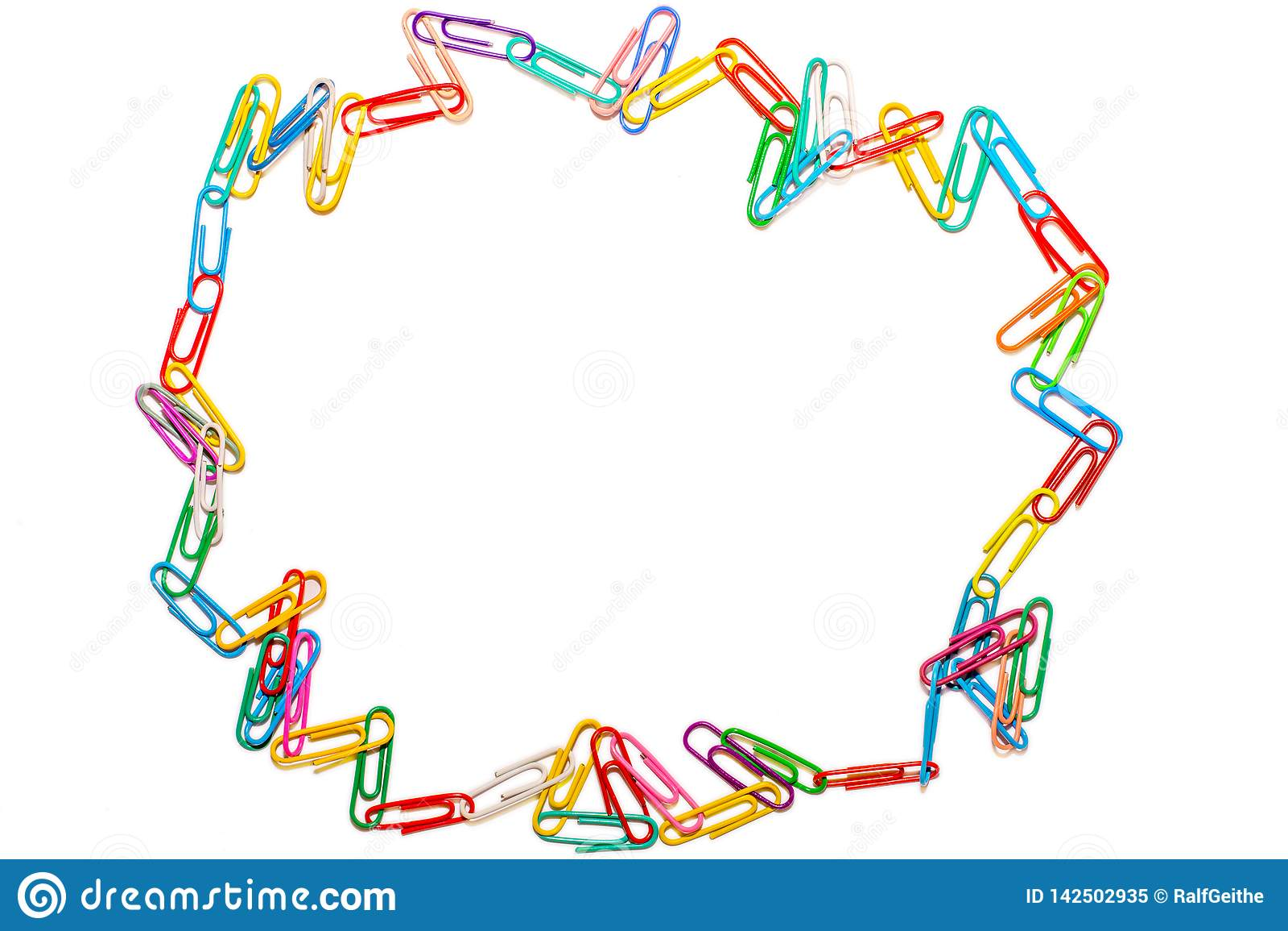 Círculo salvaje de clips de papel coloreados en el fondo blanco