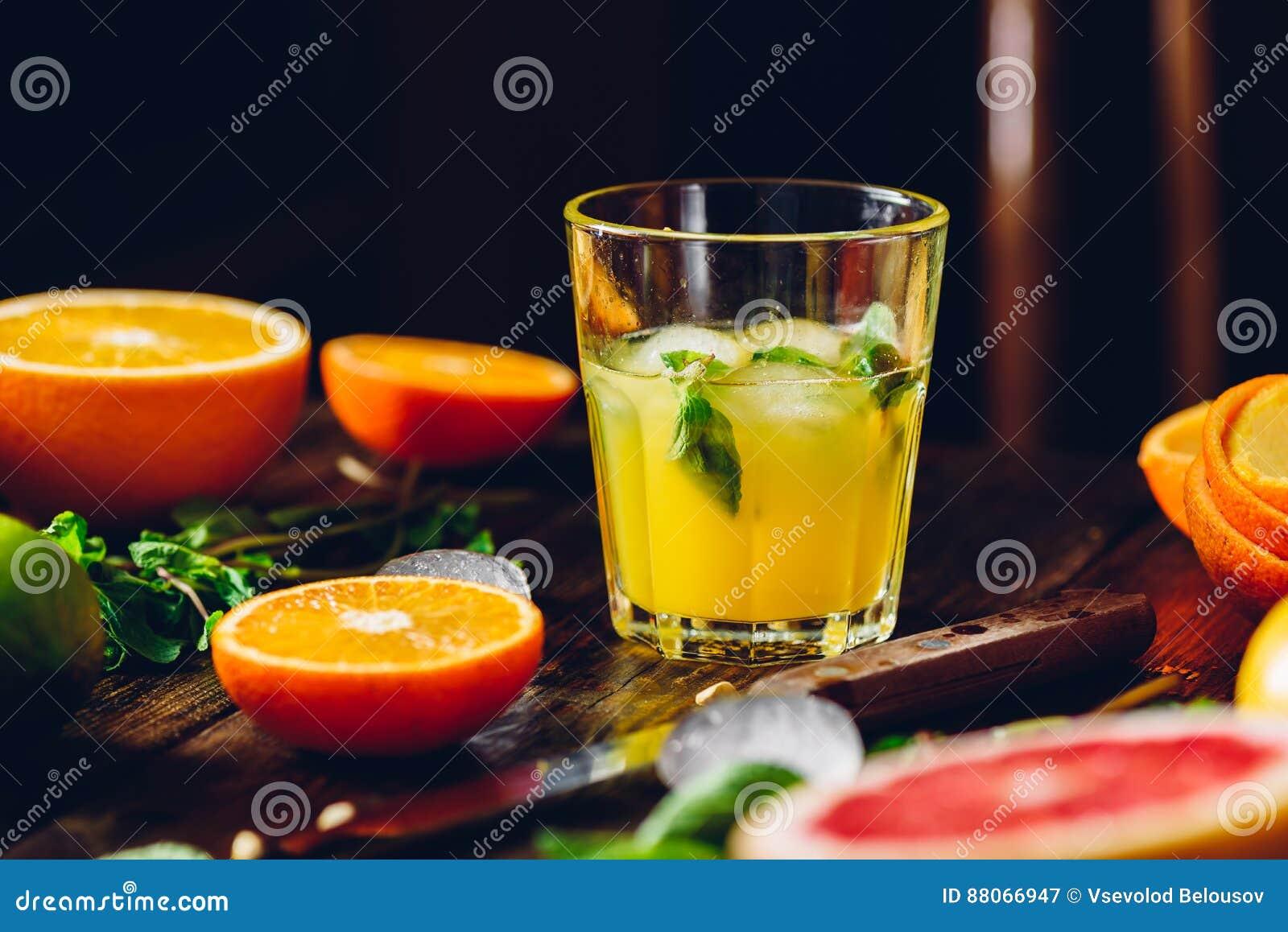 Cóctel con el jugo de la fruta cítrica