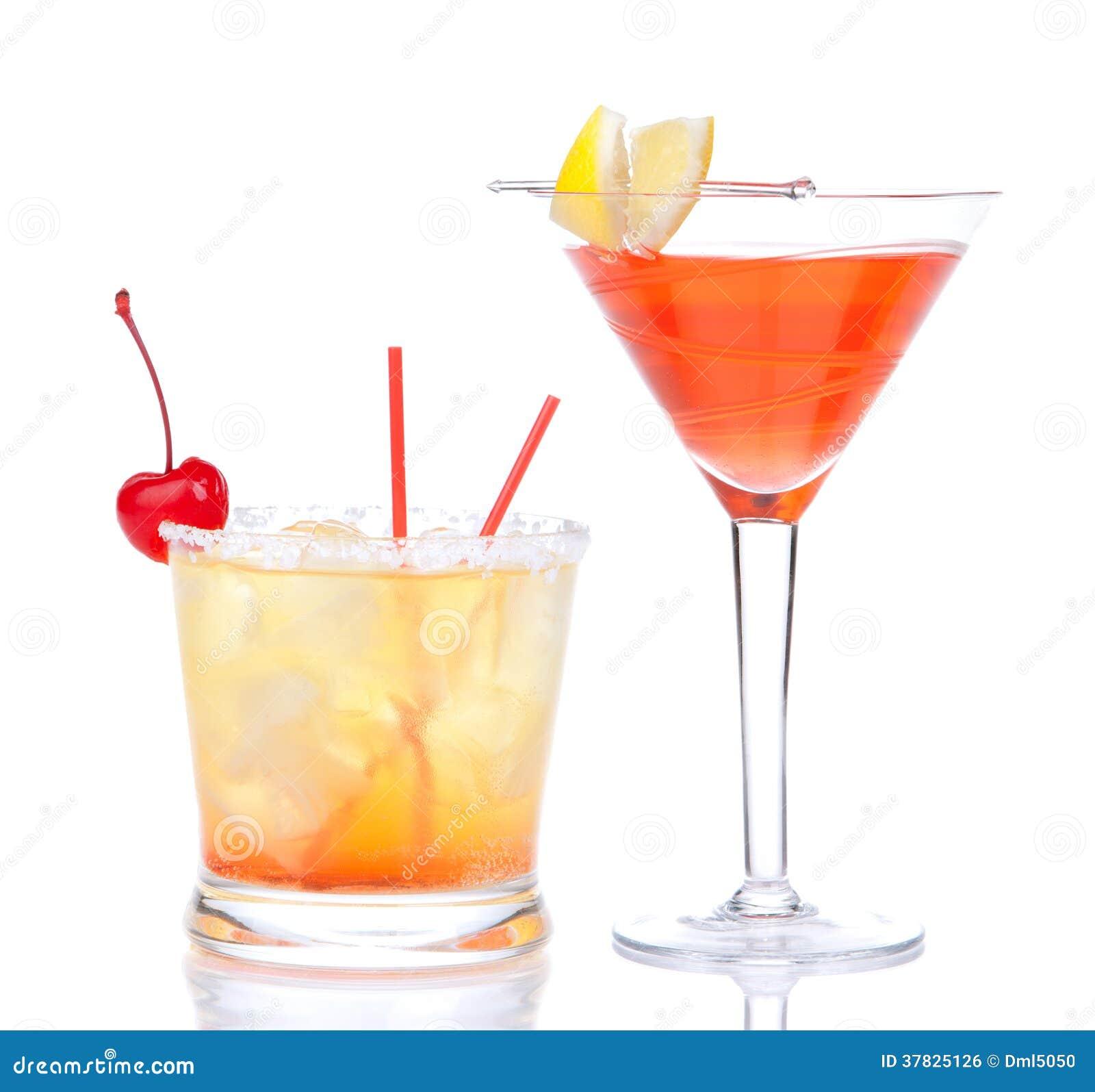 Cóctel cosmopolita del alcohol rojo de dos cócteles adornado