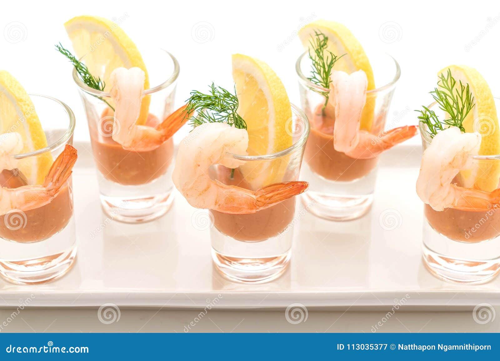 Cóctel de camarón en el fondo blanco