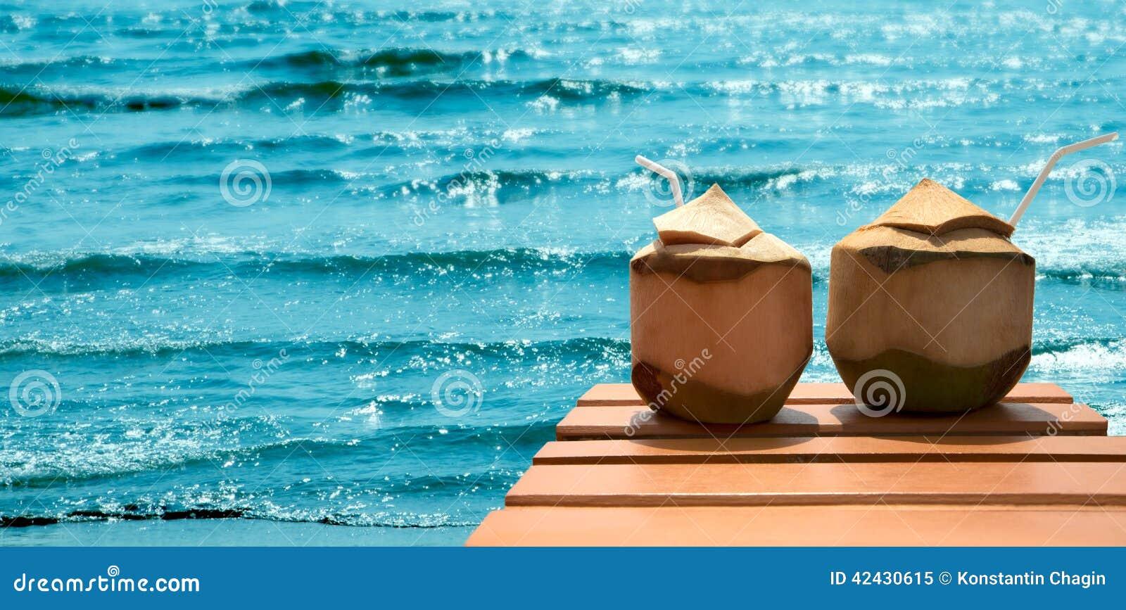 Cóctel de cocos en la playa