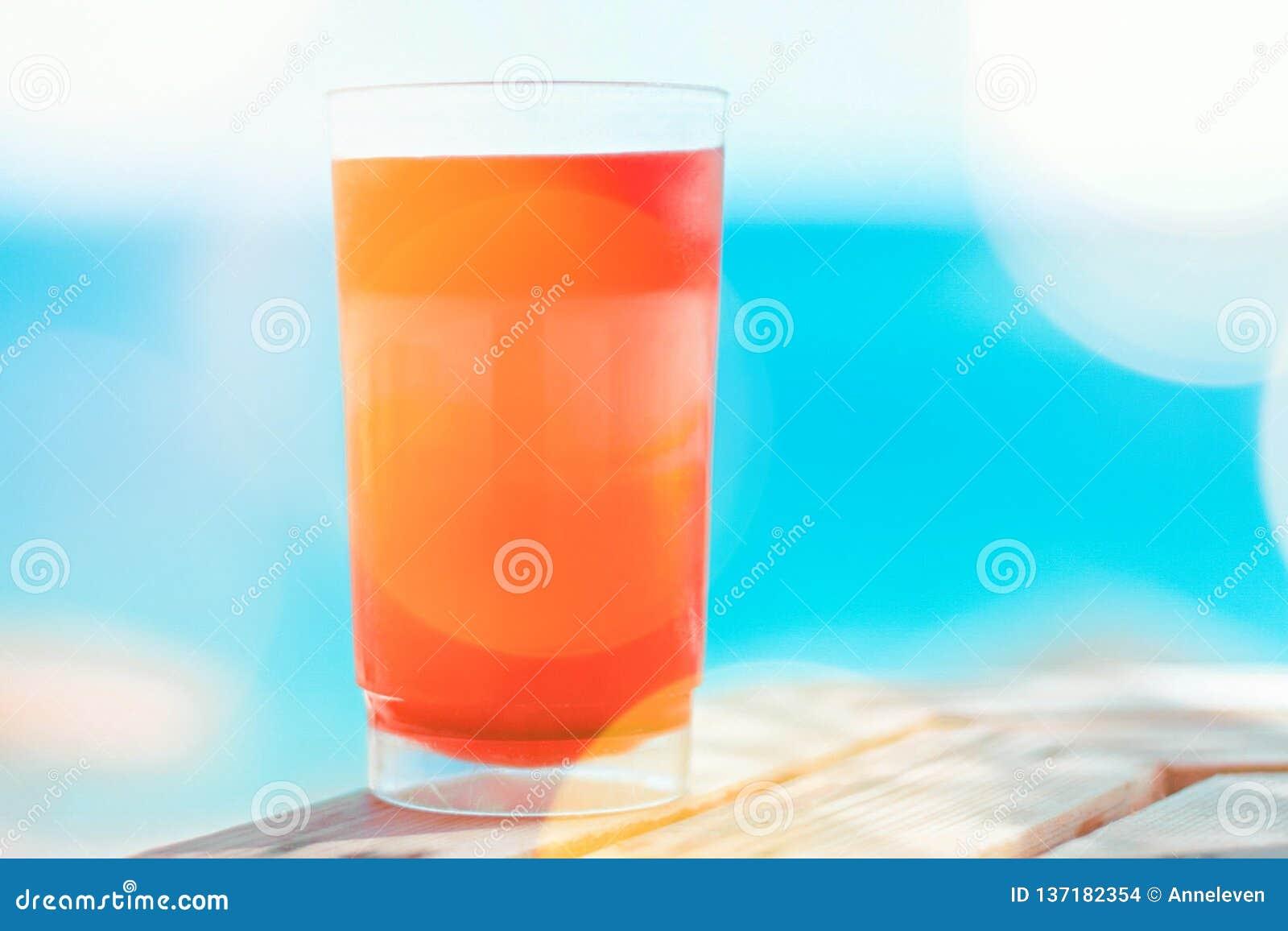 Cóctel de la playa en verano - concepto de las vacaciones de verano y de las vacaciones