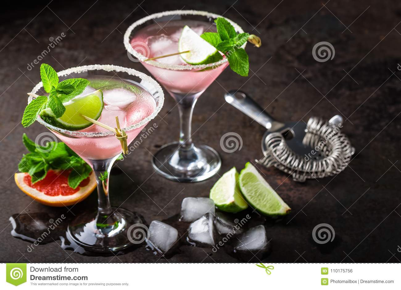 Cóctel de Margarita con el borde salado, el jugo fresco de la cal y de pomelo, la bebida de restauración o la bebida de la fruta