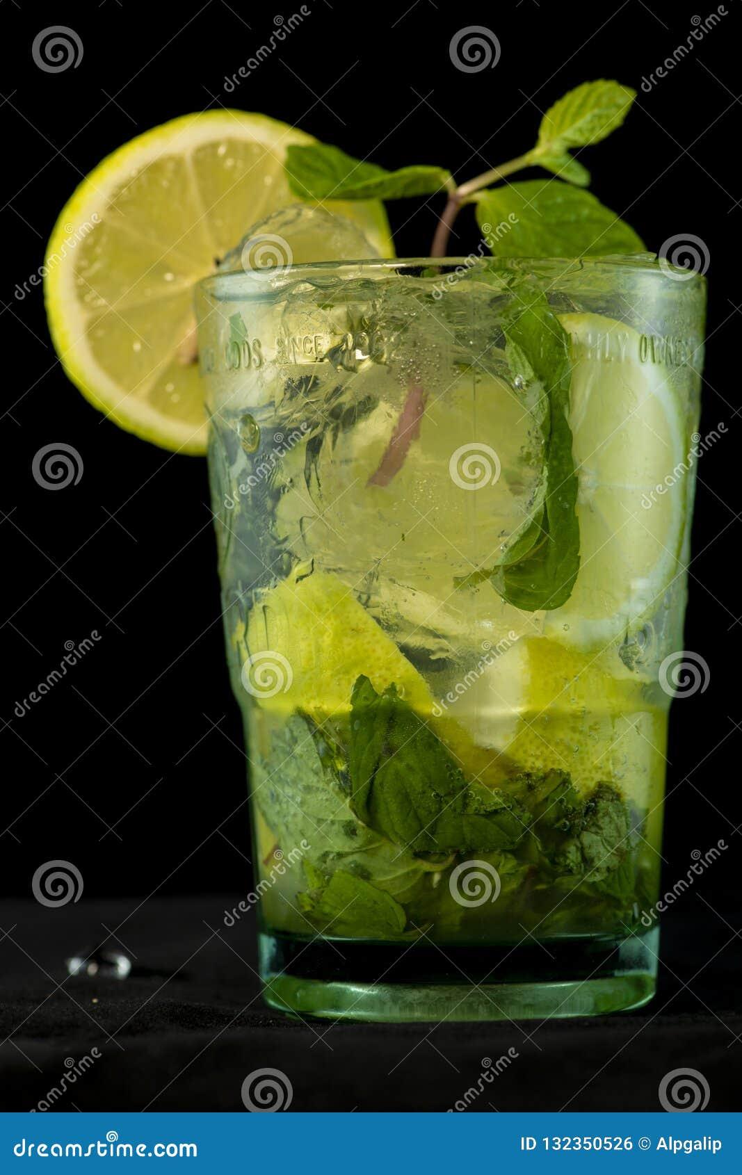 Cóctel de Mojito con ron, azúcar marrón, jugo de limón, la menta y agua de soda