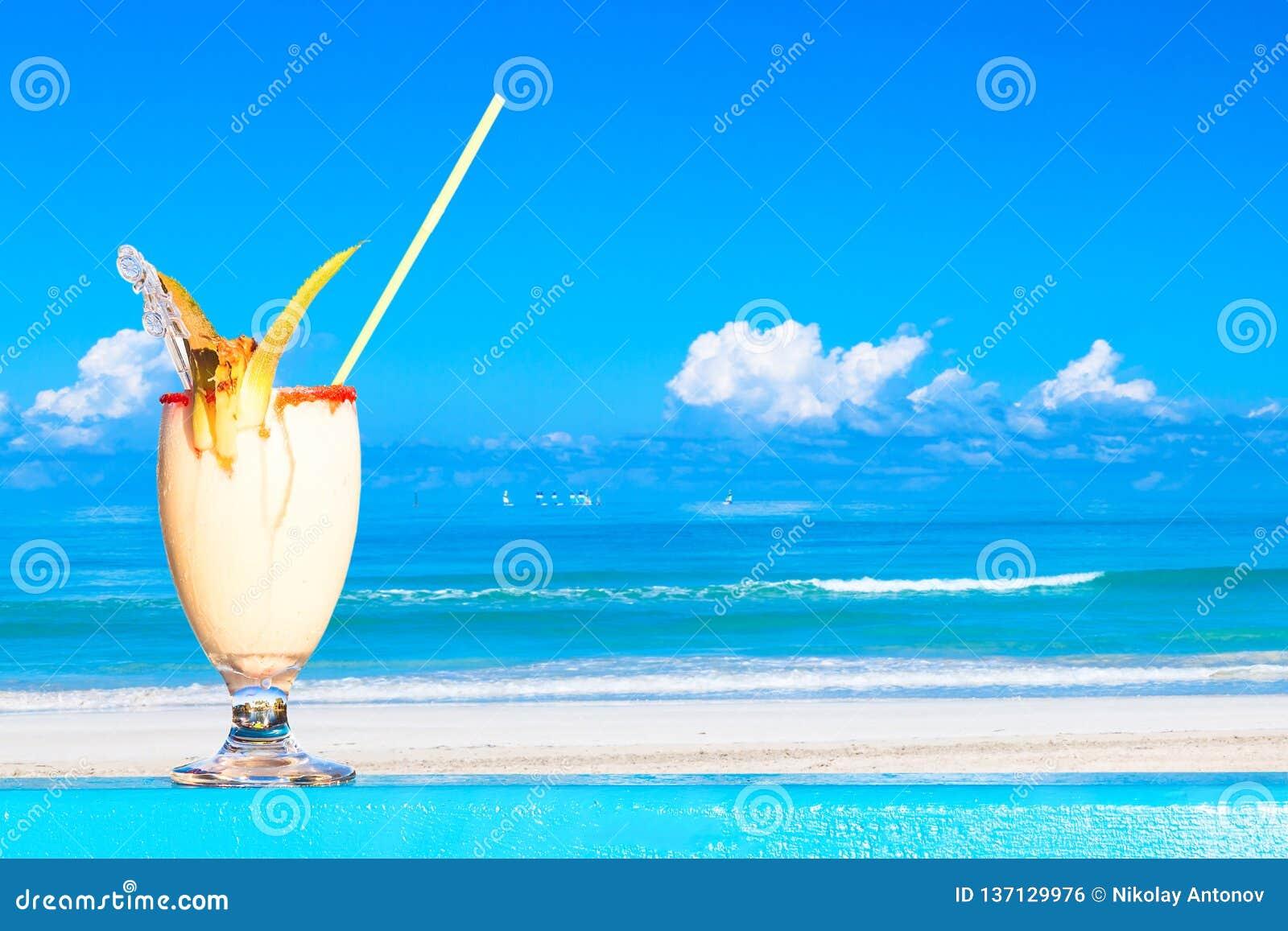 Cóctel de restauración del colada del pina contra oceam del agua y fondo asombroso de la playa Concepto de las vacaciones de vera