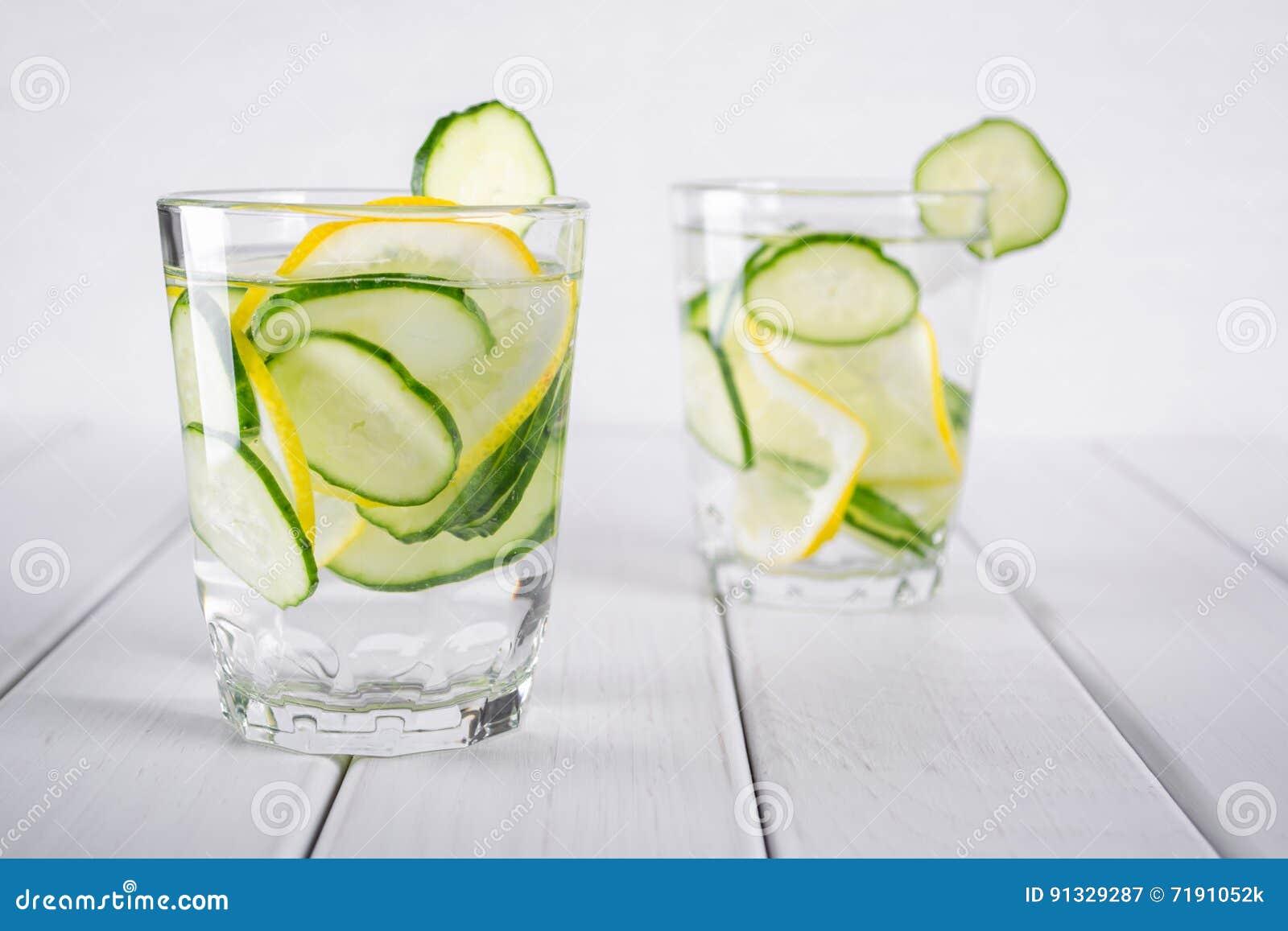 Cóctel de restauración del pepino, limonada, agua del detox en vidrios Bebida del verano