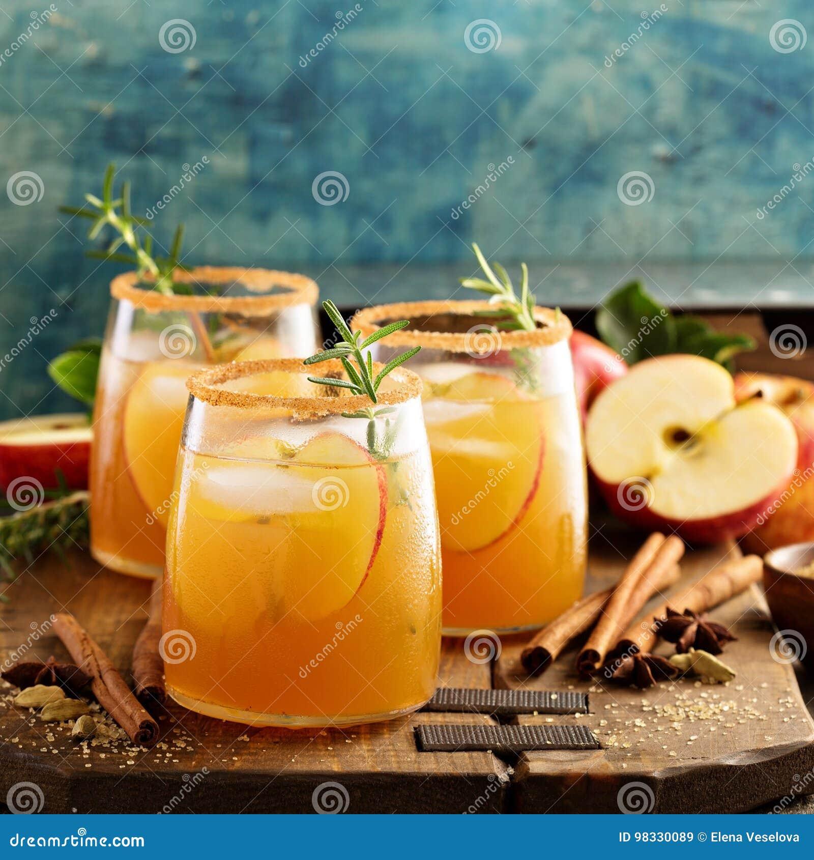 Cóctel duro de la sidra de manzana con las especias de la caída