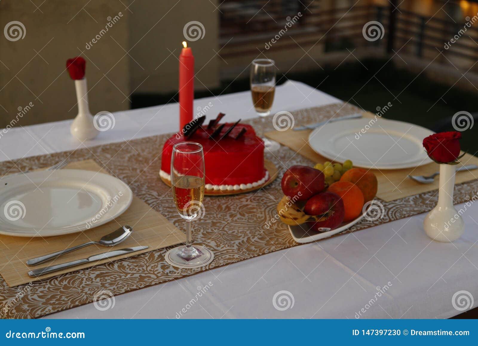Cóctel, una bebida más fresca del verano, disposición romántica de la cena de la luz de la vela