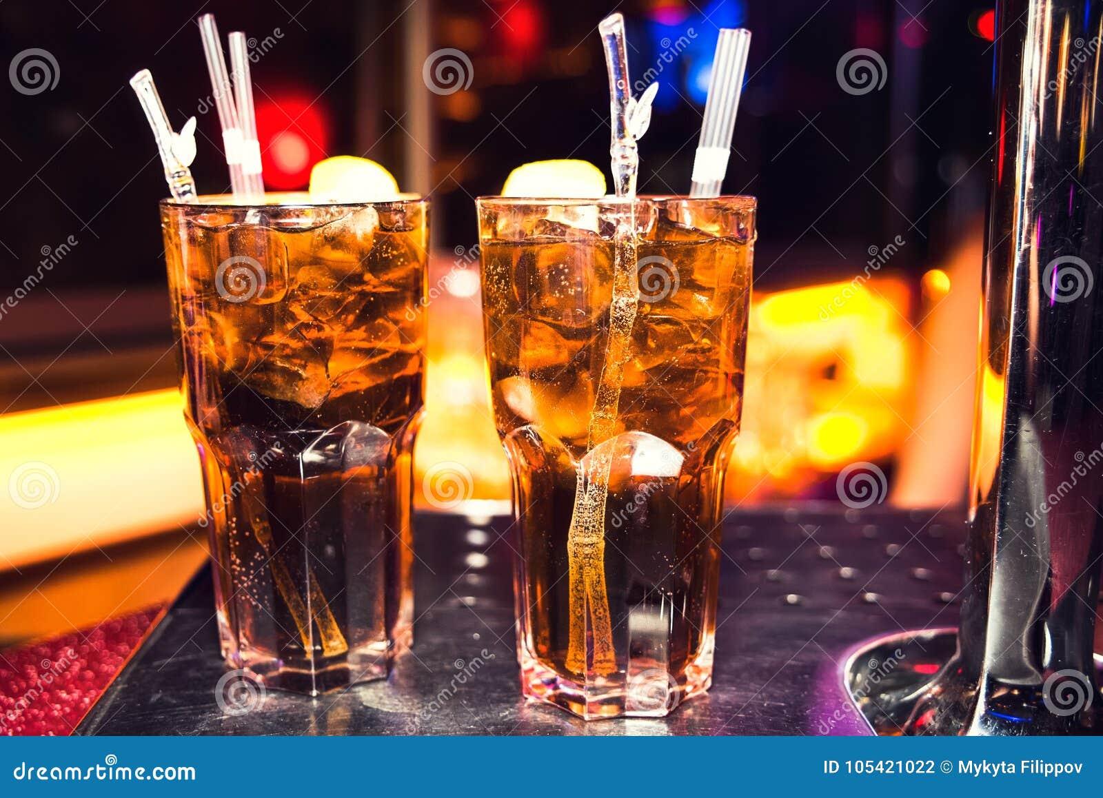 Cócteles en el club nocturno