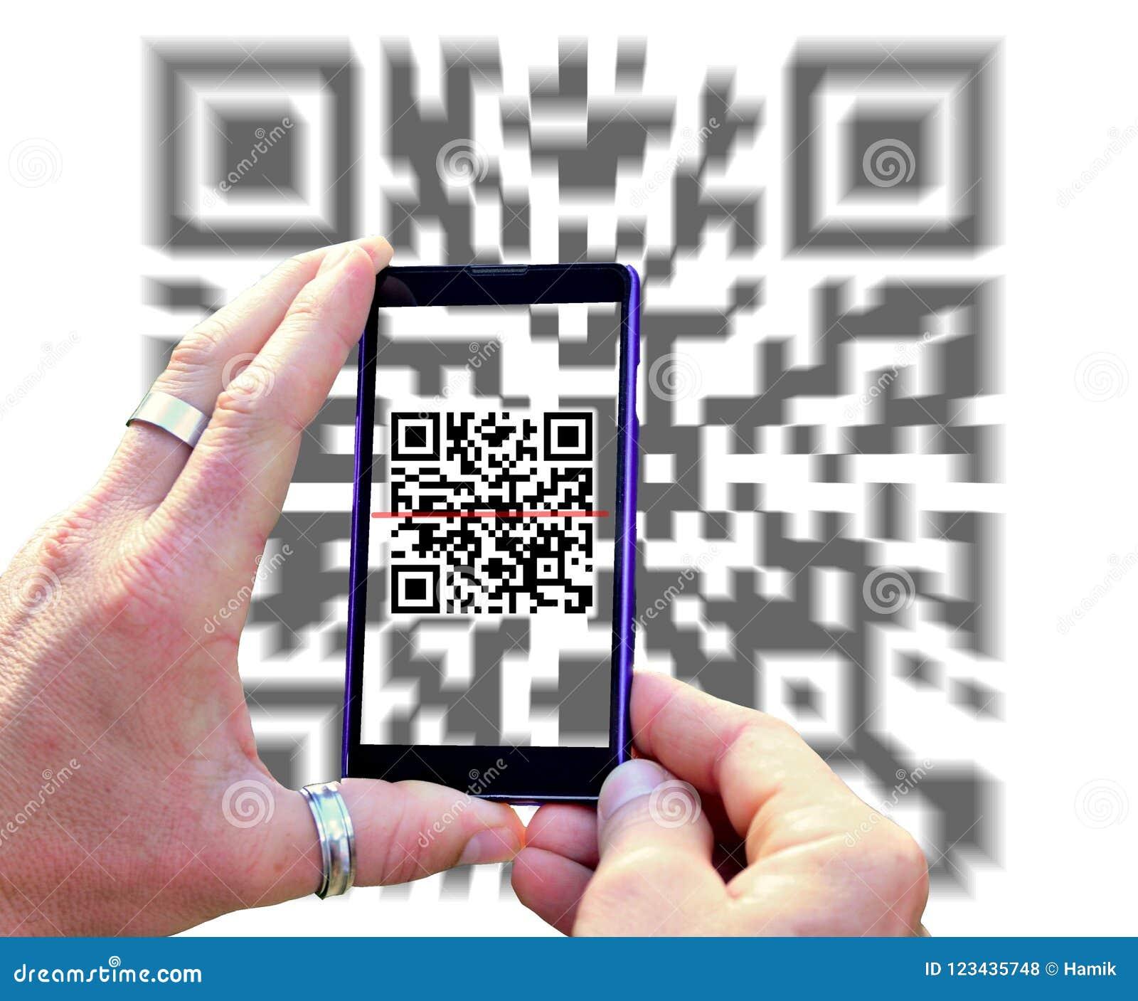 539ed674d98 Visión sobre la pantalla del teléfono móvil durante la exploración de código  de QR aislada en el fondo blanco Manos que sostienen el teléfono móvil y  que ...