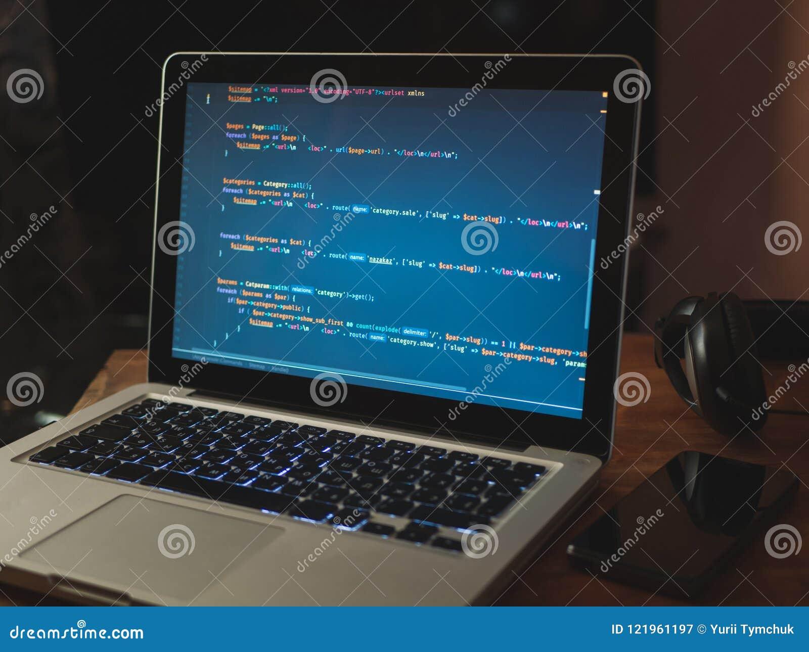 Código de ordenador en convertirse del web del ordenador portátil