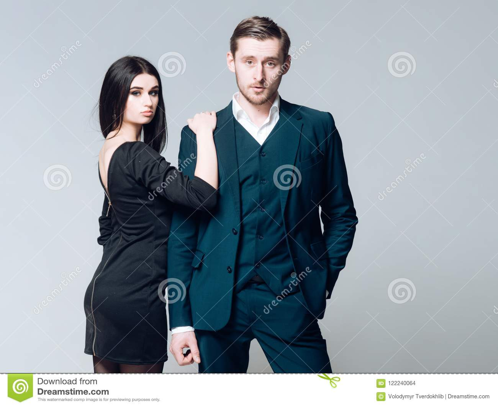 Código de vestimenta do negócio Equipe bem preparado afiado dos olhares bem sucedidos no terno formal clássico Vestido preto form