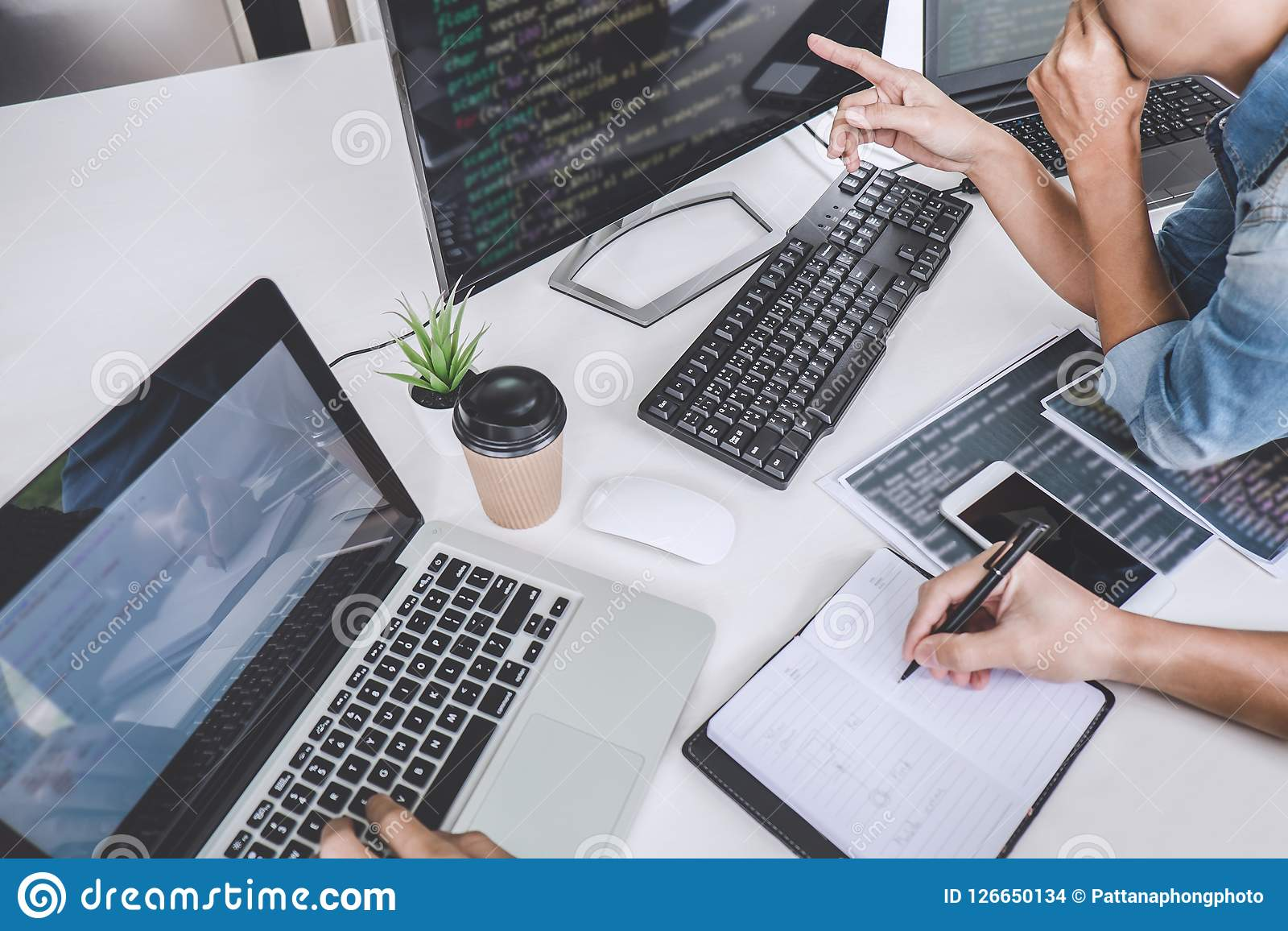 Códigos y tecnología del código de datos que mecanografía, tonelero de la escritura del programador