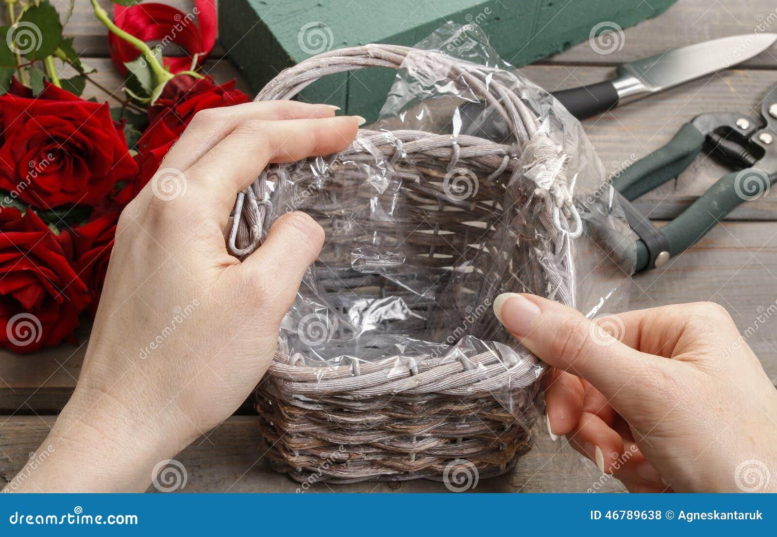 cmo hacer el ramo de rosas en tutorial de la cesta de mimbre foto de archivo