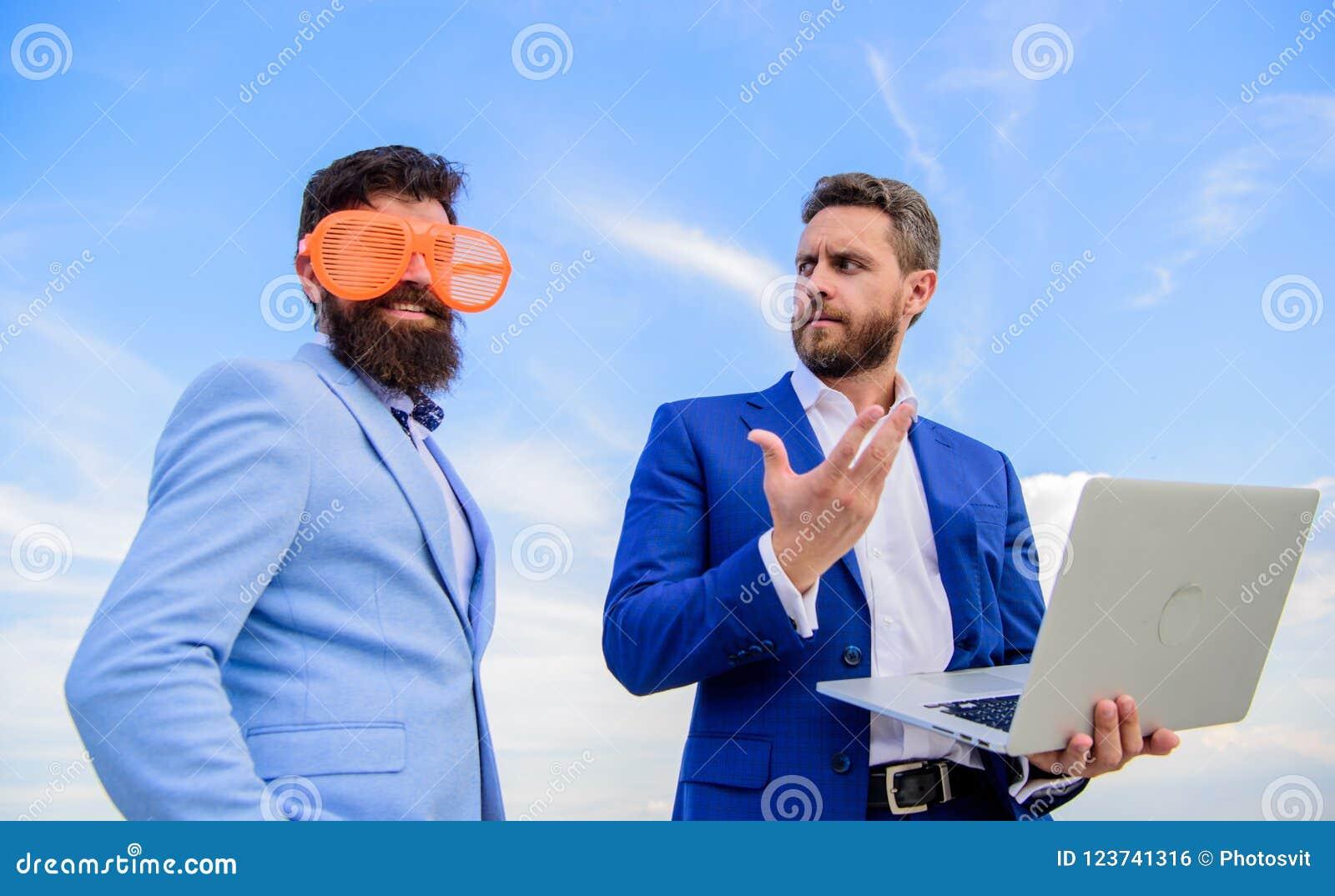 Cómo parar el jugar en el espíritu emprendedor y conseguir serio sobre negocio Hombre de negocios con el ordenador portátil serio