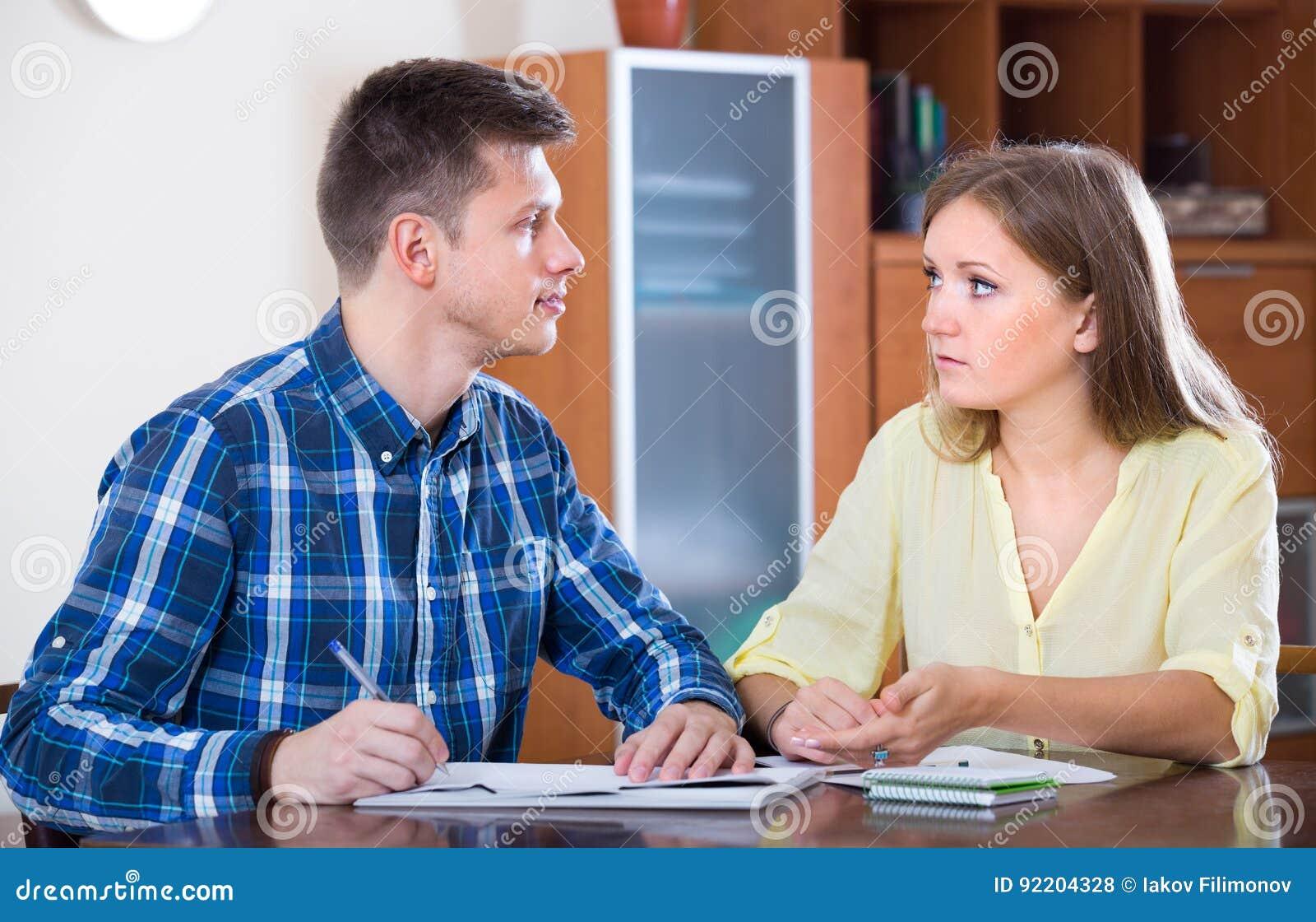 Cónyuges con los documentos para el banco en casa