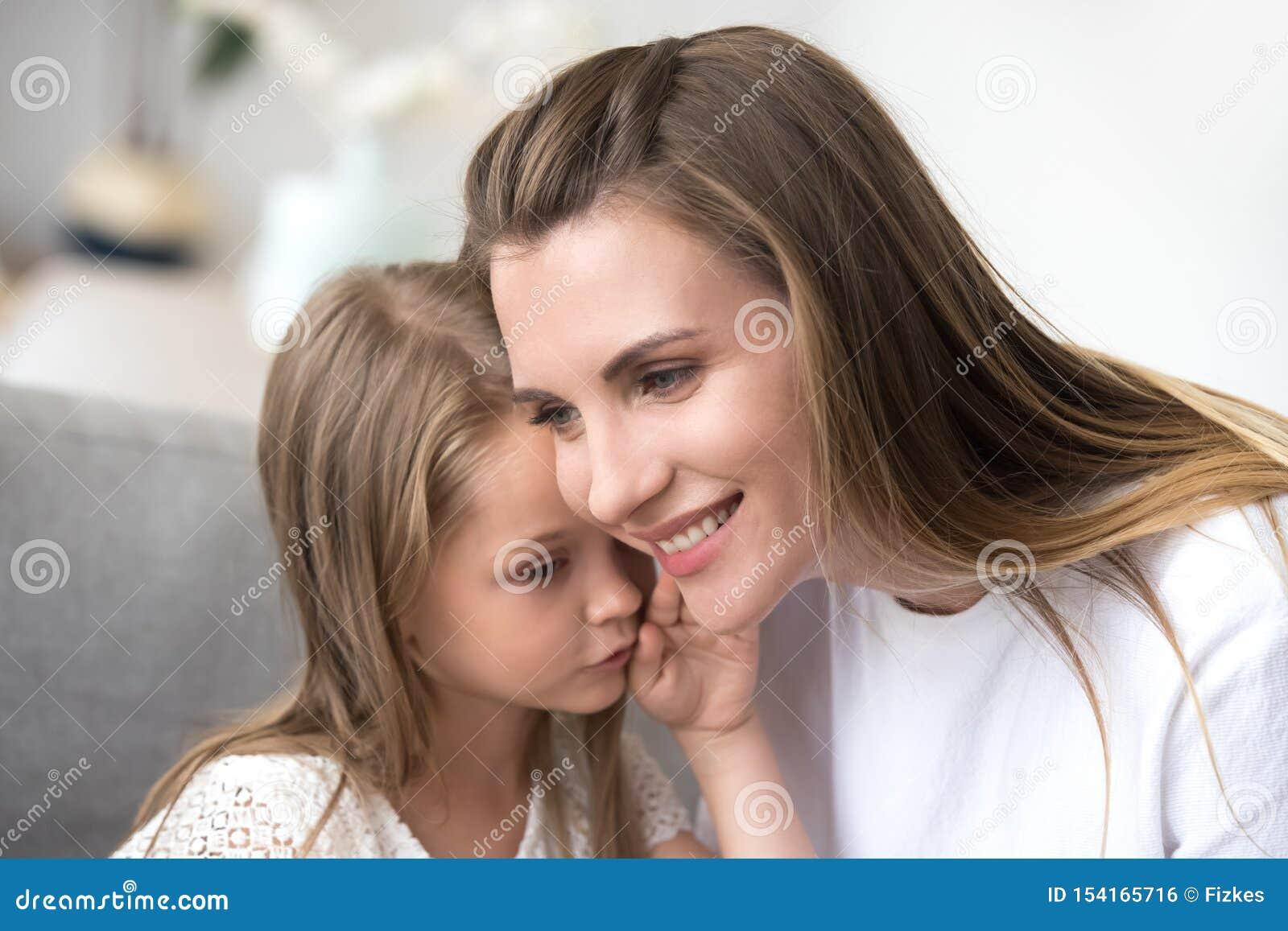 Córka szepcze mama ucho sekret
