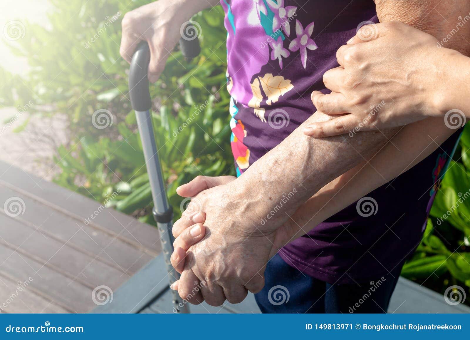 Córki lub syna chwyta matki ręka pomagać ona chodzić ostrożnie