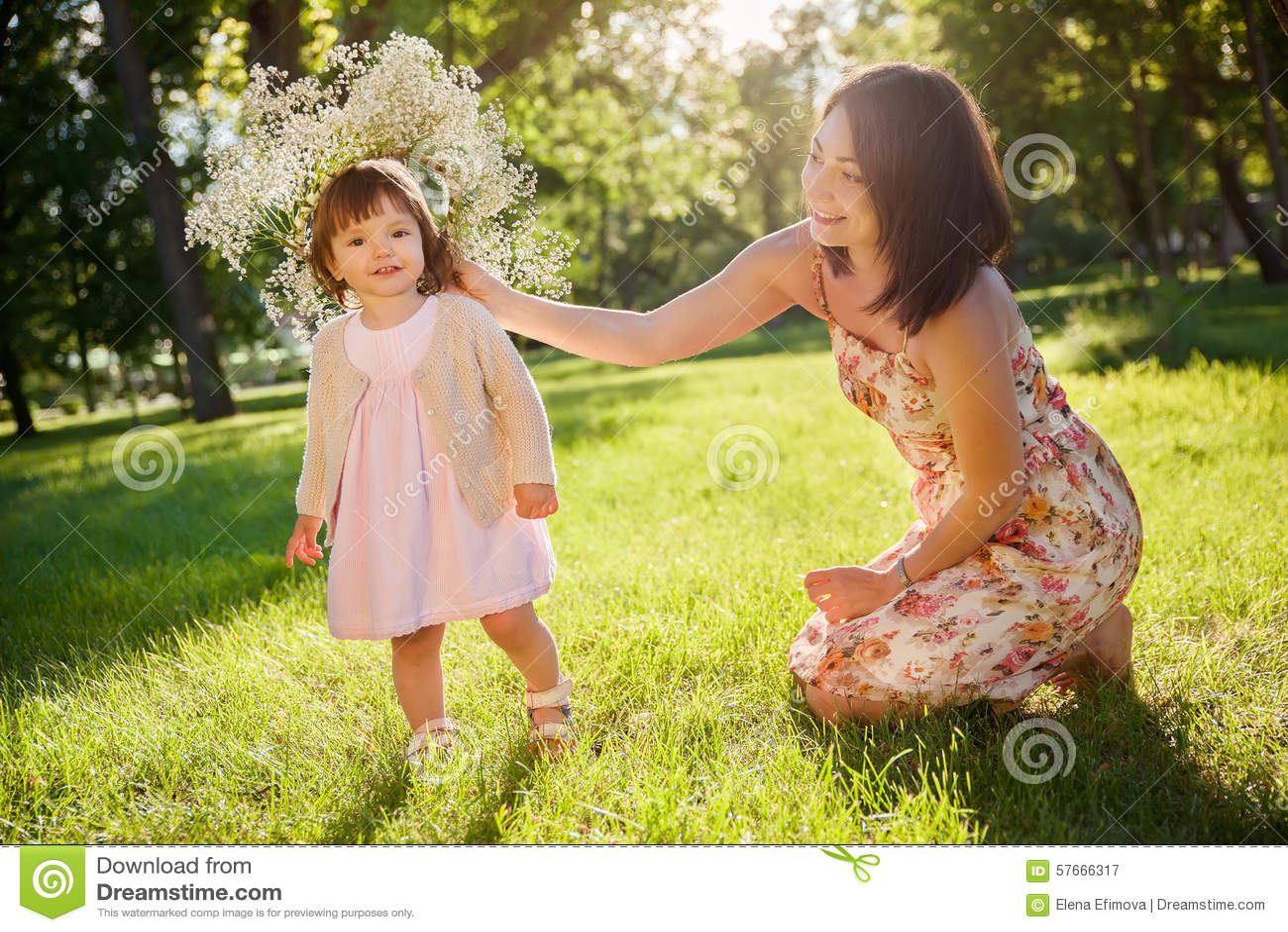 Córki ostrości matki parka seniora kobieta