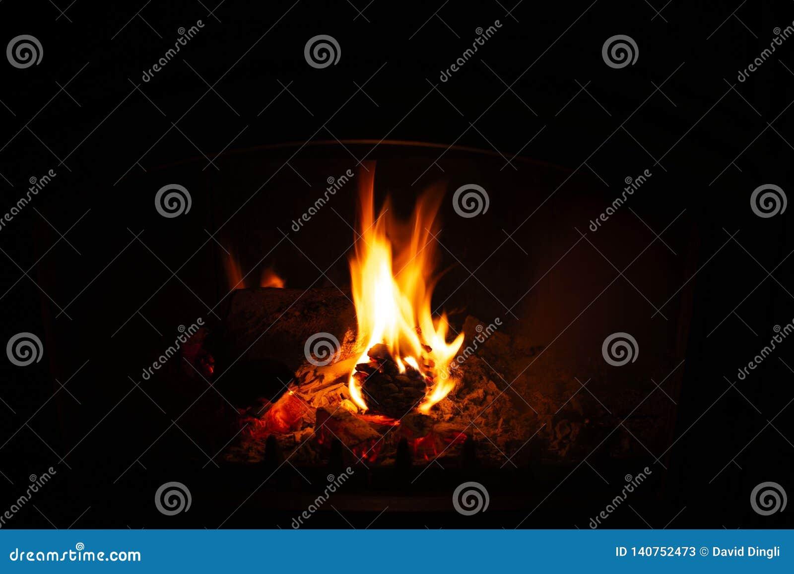 Cône de pin brûlant en cheminée