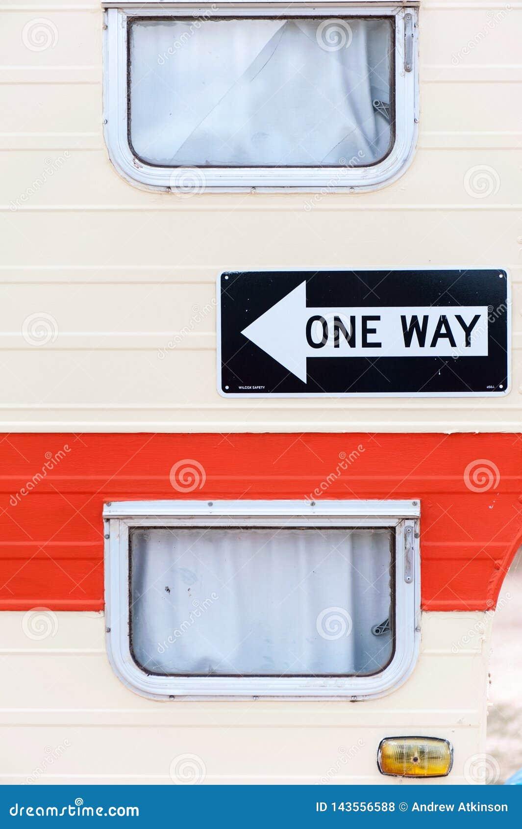 Côté d une remorque ou d une caravane/de cabine avec les fenêtres et un signe de manière évidents