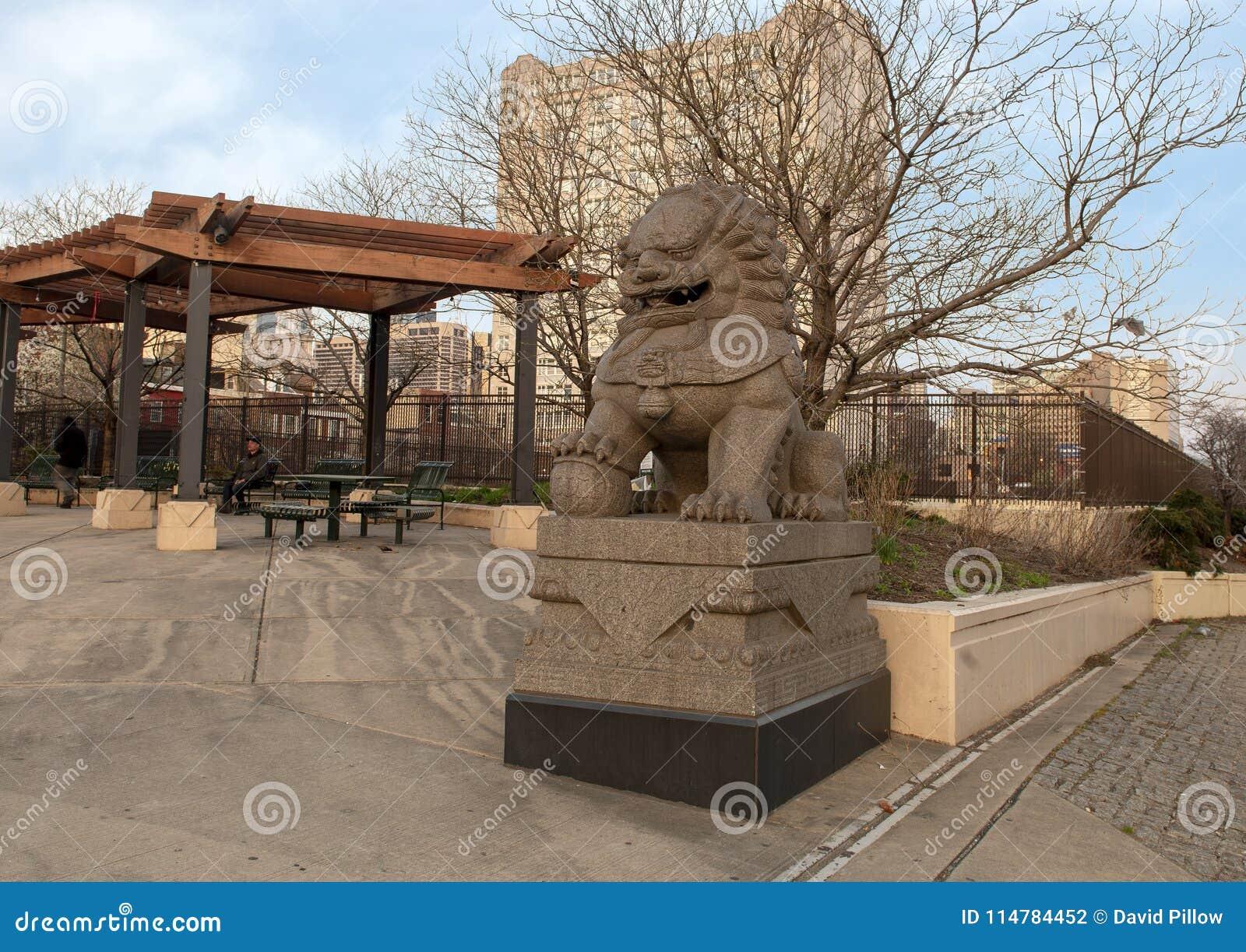 Côté nord masculin de sculpture en Foo Dog de 10ème plaza de rue, Philadelphie, Pennsylvanie