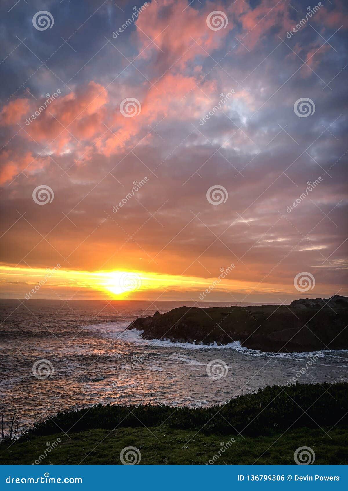 Côte de la Californie du nord au coucher du soleil