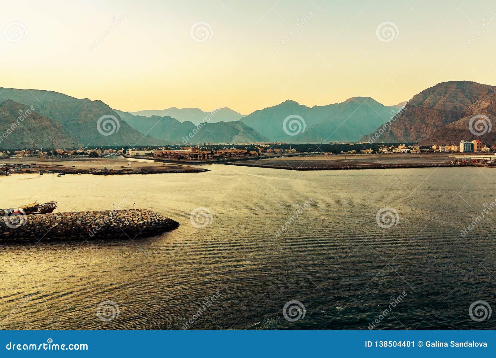Côte du golfe d Oman, d un petit règlement ou d une ville loin sur le rivage