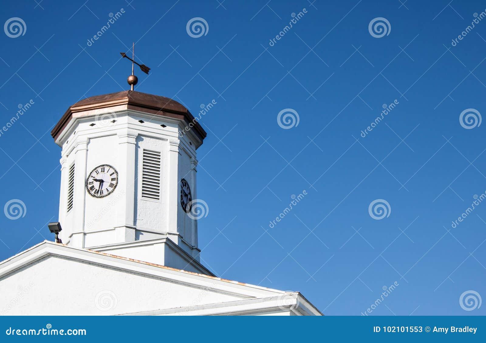 Cúpula de cobre del tribunal con la paleta y el reloj de tiempo