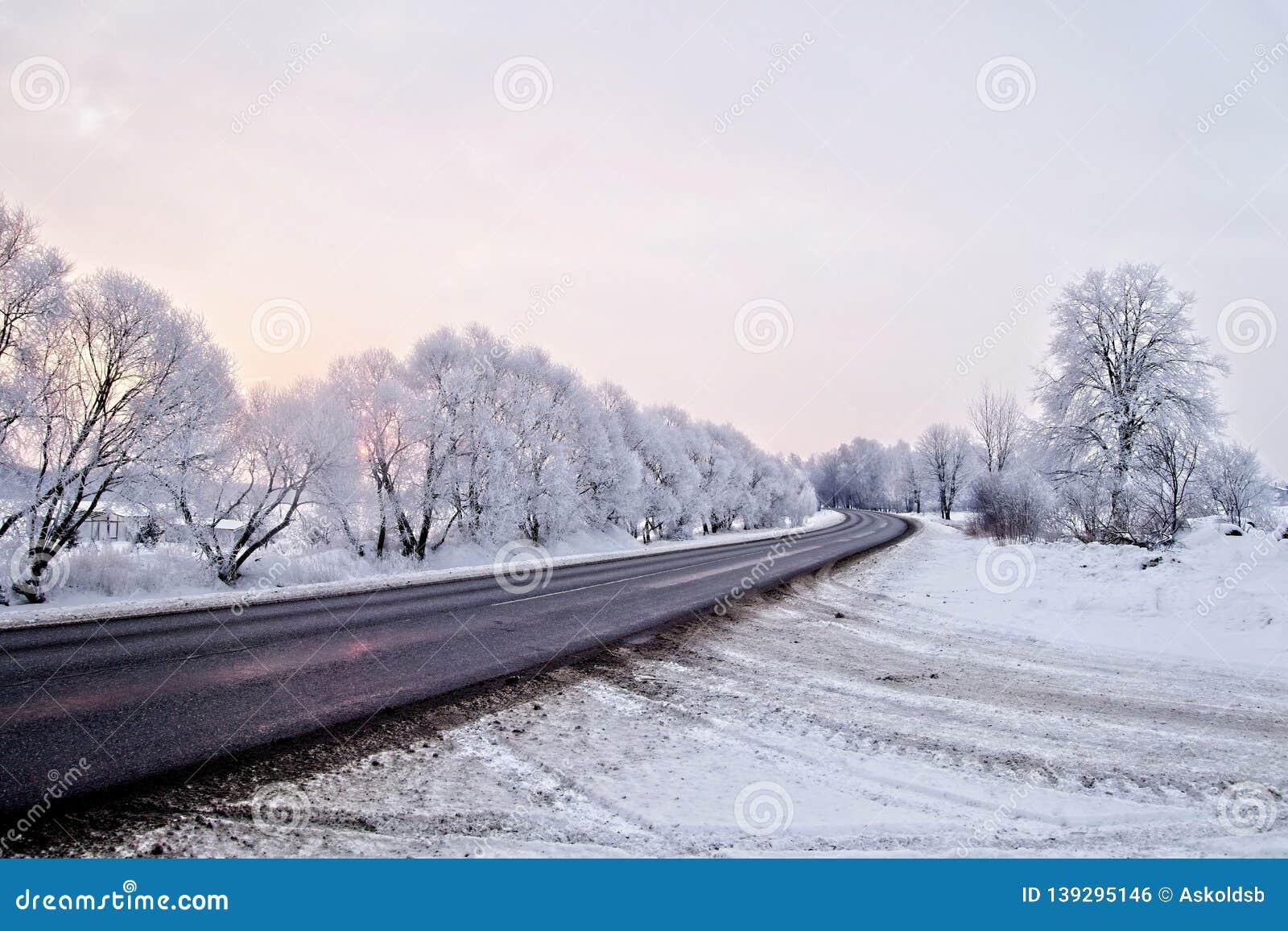 33c 1月横向俄国温度ural冬天 在早期的涂柏油的农村路,寒冷冬天日出-图象