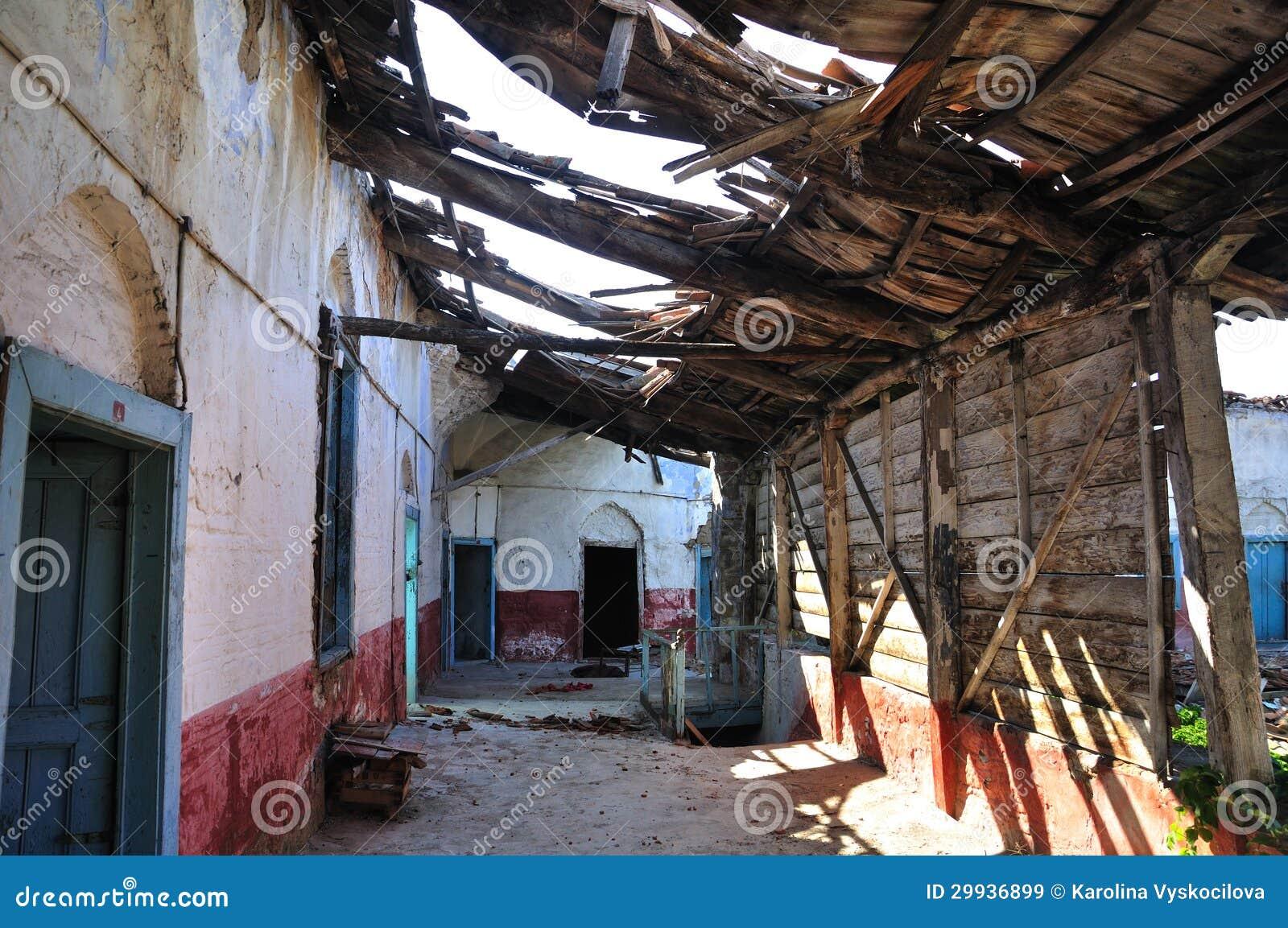 Int rieur d 39 une maison abandonn e images libres de droits for Interieur d une maison