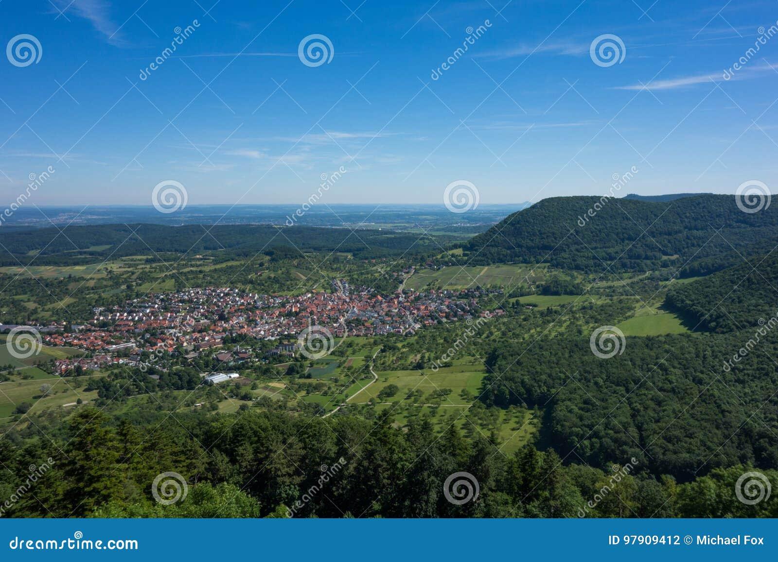 C est la vue du point de vue du Burg Hohenneuffen de château un jour d été