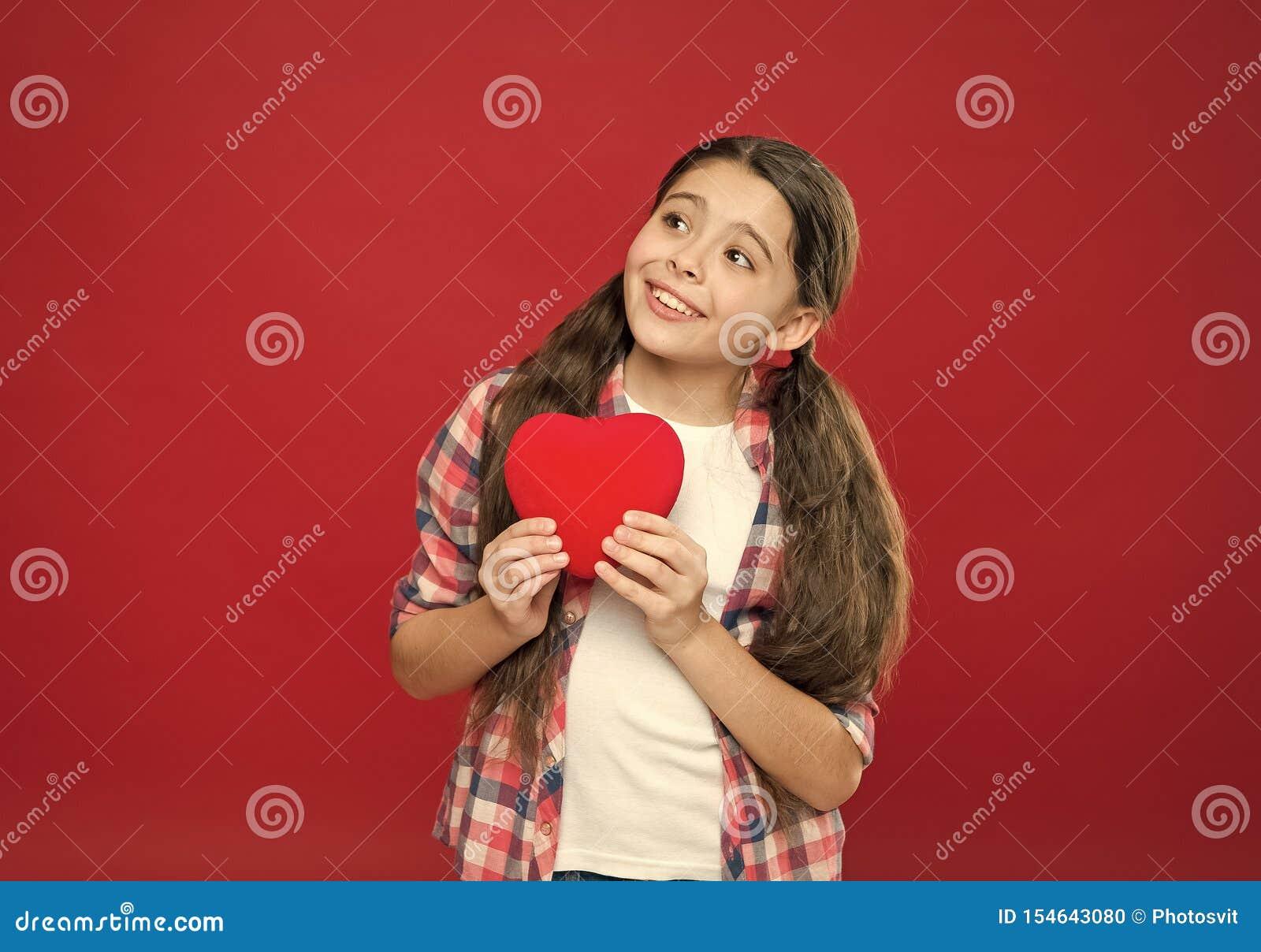 C?l?brez le jour de valentines Amour et concept romantique de sentiments Attribut rouge de coeur de valentine Cadeau ou pr?sent d