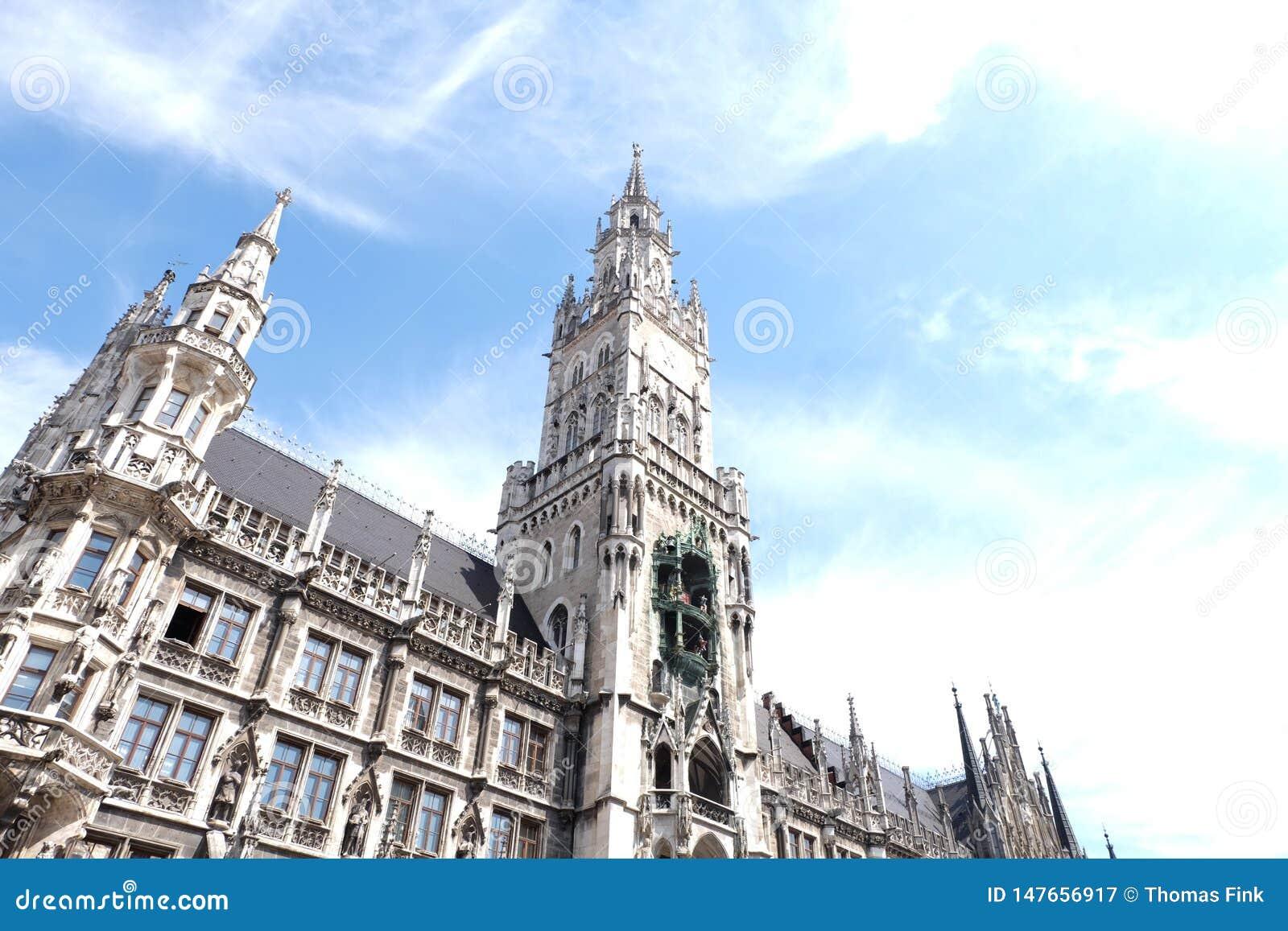 C?mara municipal de Rathaus da cidade de Munich com c?u