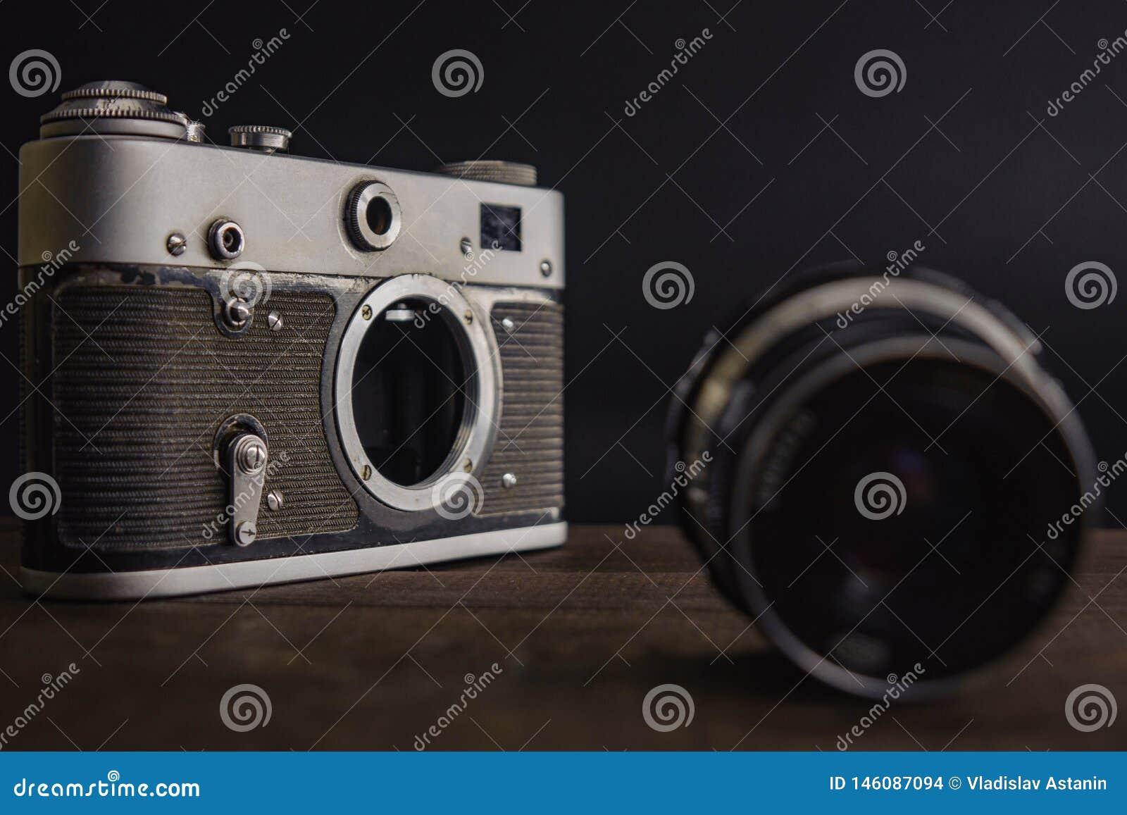 C?mara sovi?tica del viejo vintage con la lente en fondo de madera