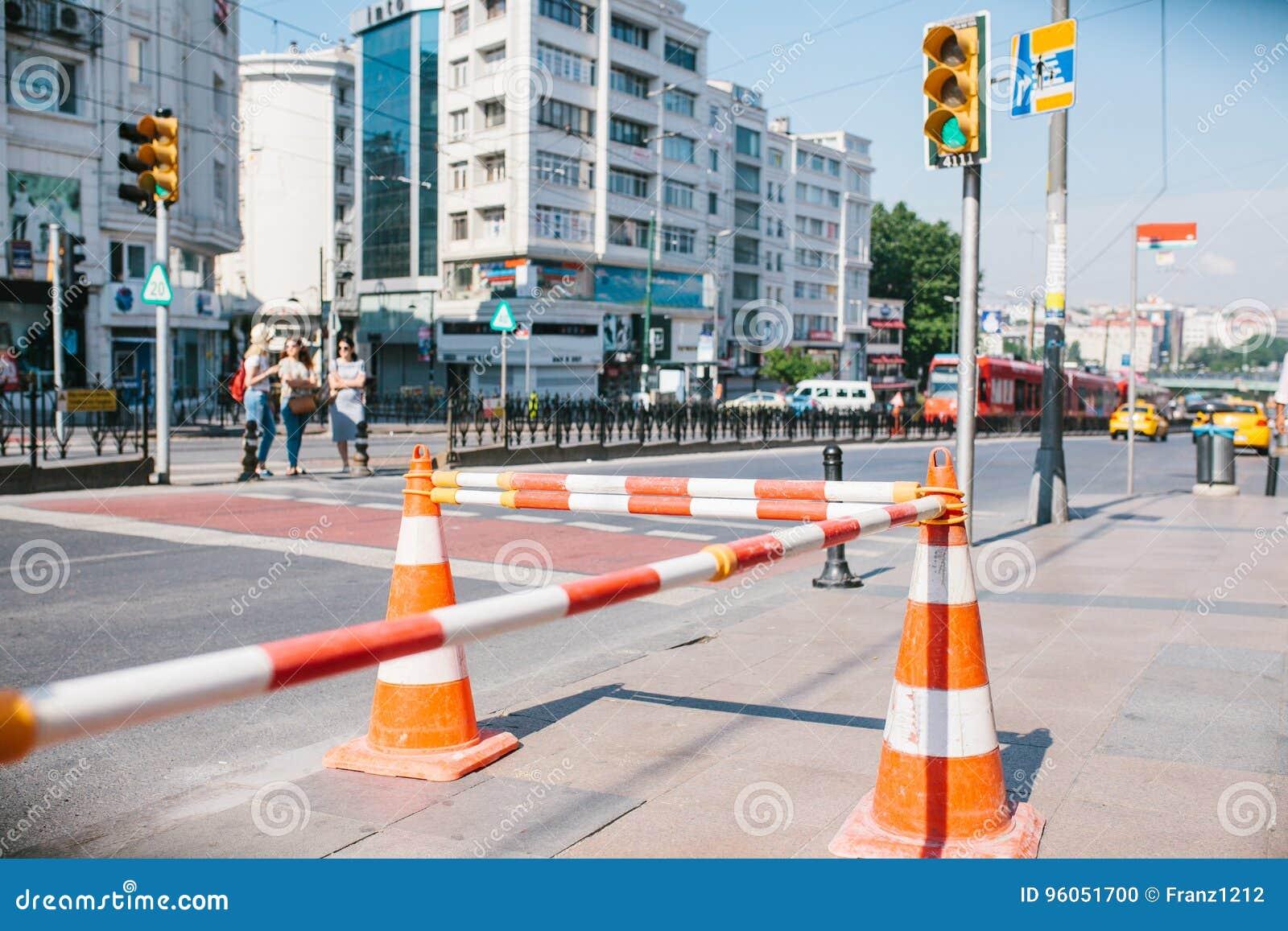Cône de route sur la route Signe de route Courses sur route sur les rues d Istanbul en Turquie signe Circulation routière