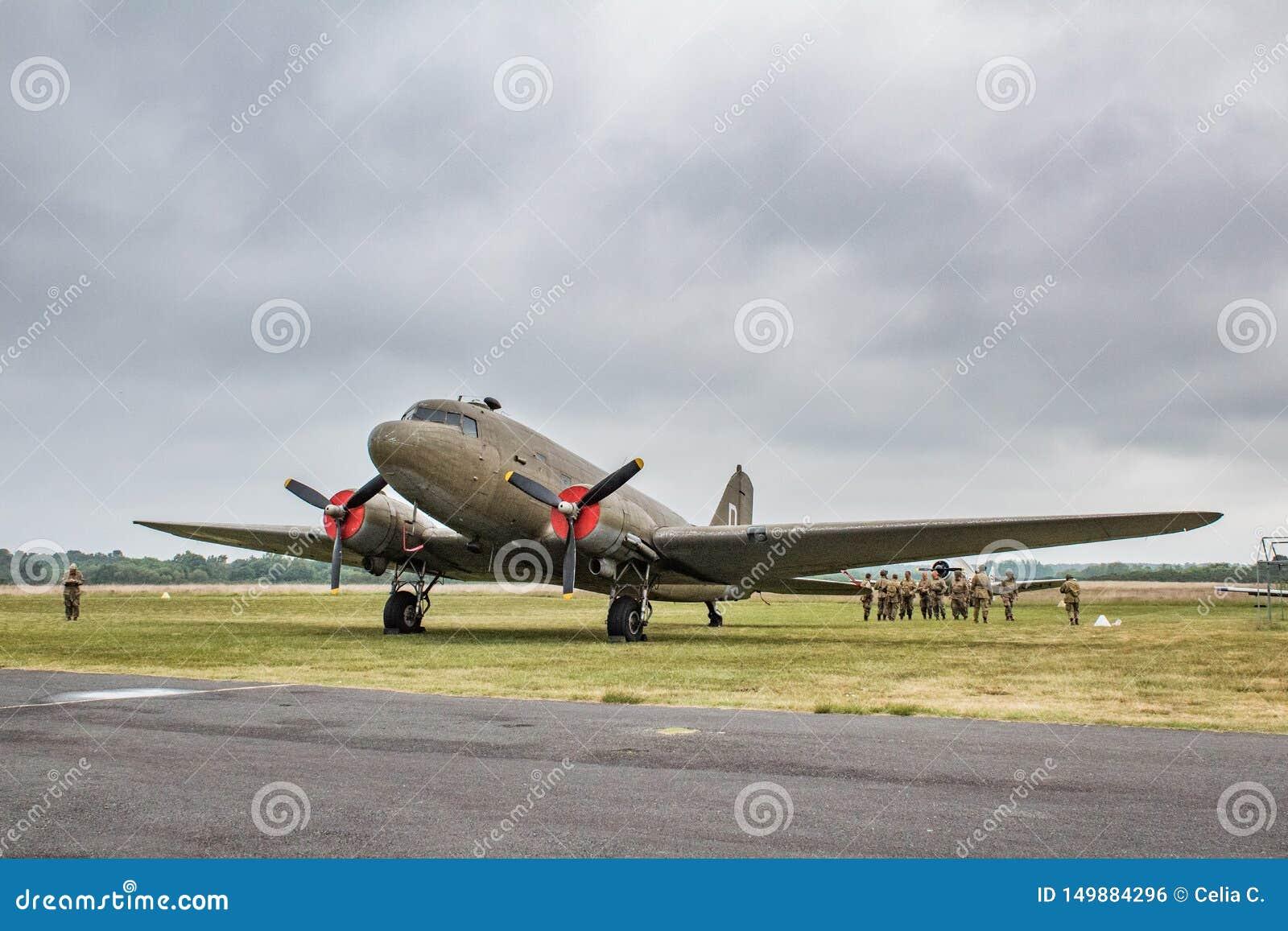 C-47 plano Skytrain de Douglas, força aérea do exército de Estados Unidos DC-3, L4, Dakota Royal Air Force, R-40 US Navy, aterran