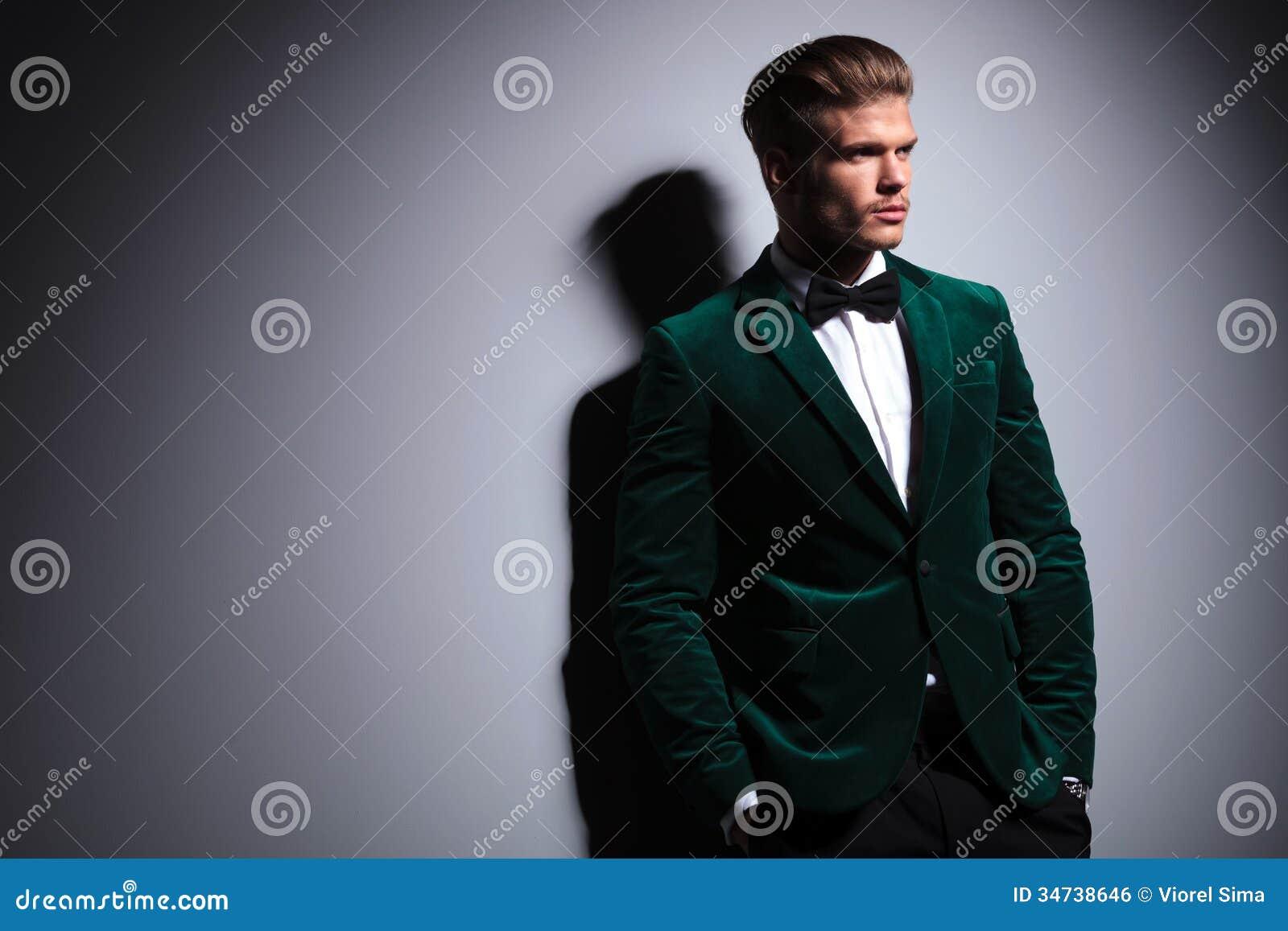 c t d un homme dans le costume l gant de velours vert. Black Bedroom Furniture Sets. Home Design Ideas