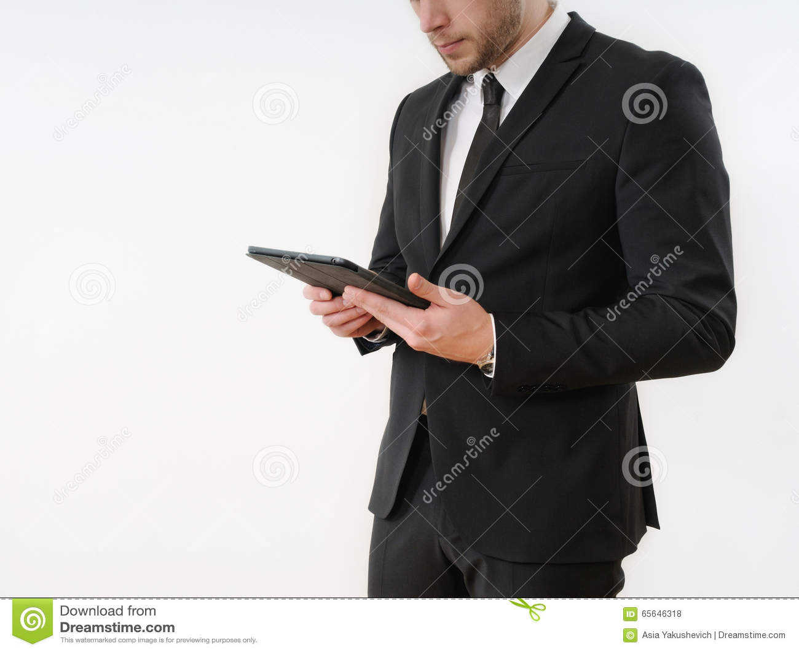 Côté de corps d homme d affaires dans le costume noir tenant son comprimé sur le blanc