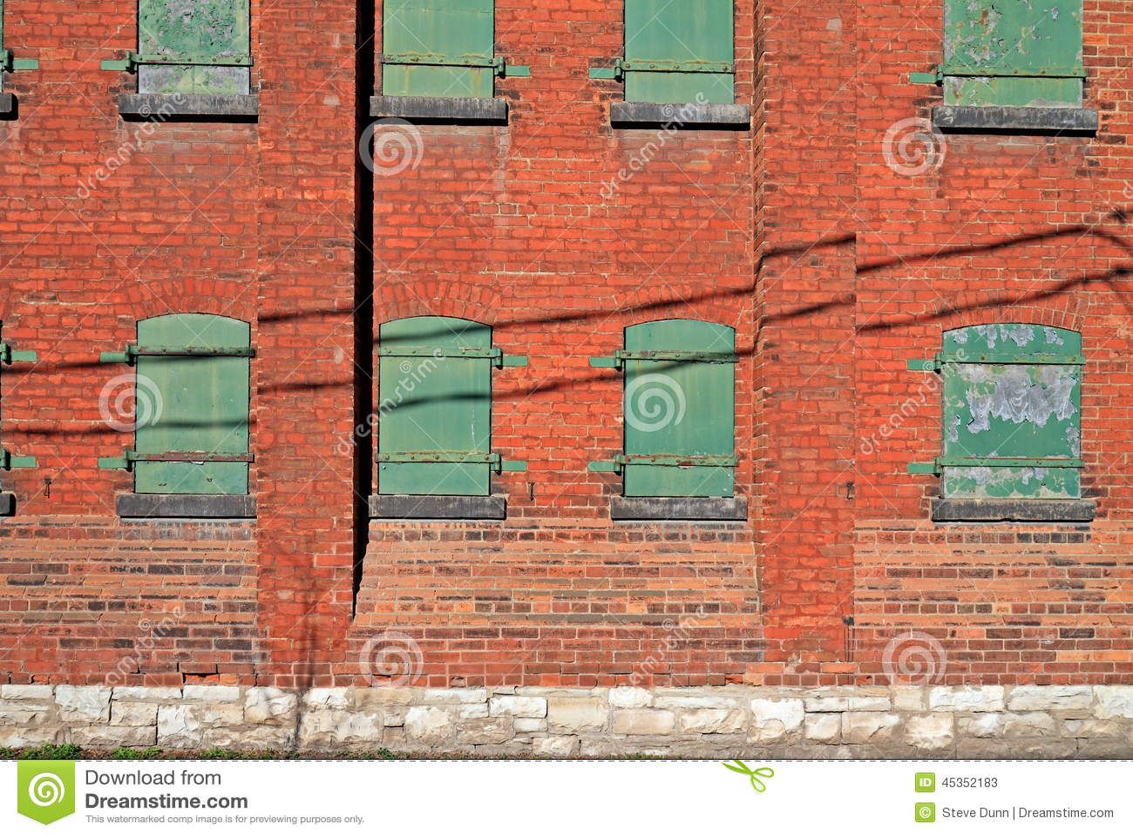 Côté de vieil immeuble de brique