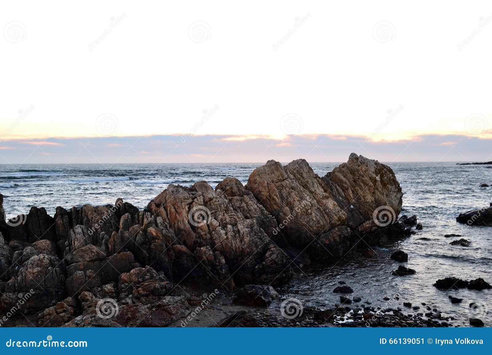 Côte des roches du Portugal sur le coucher du soleil